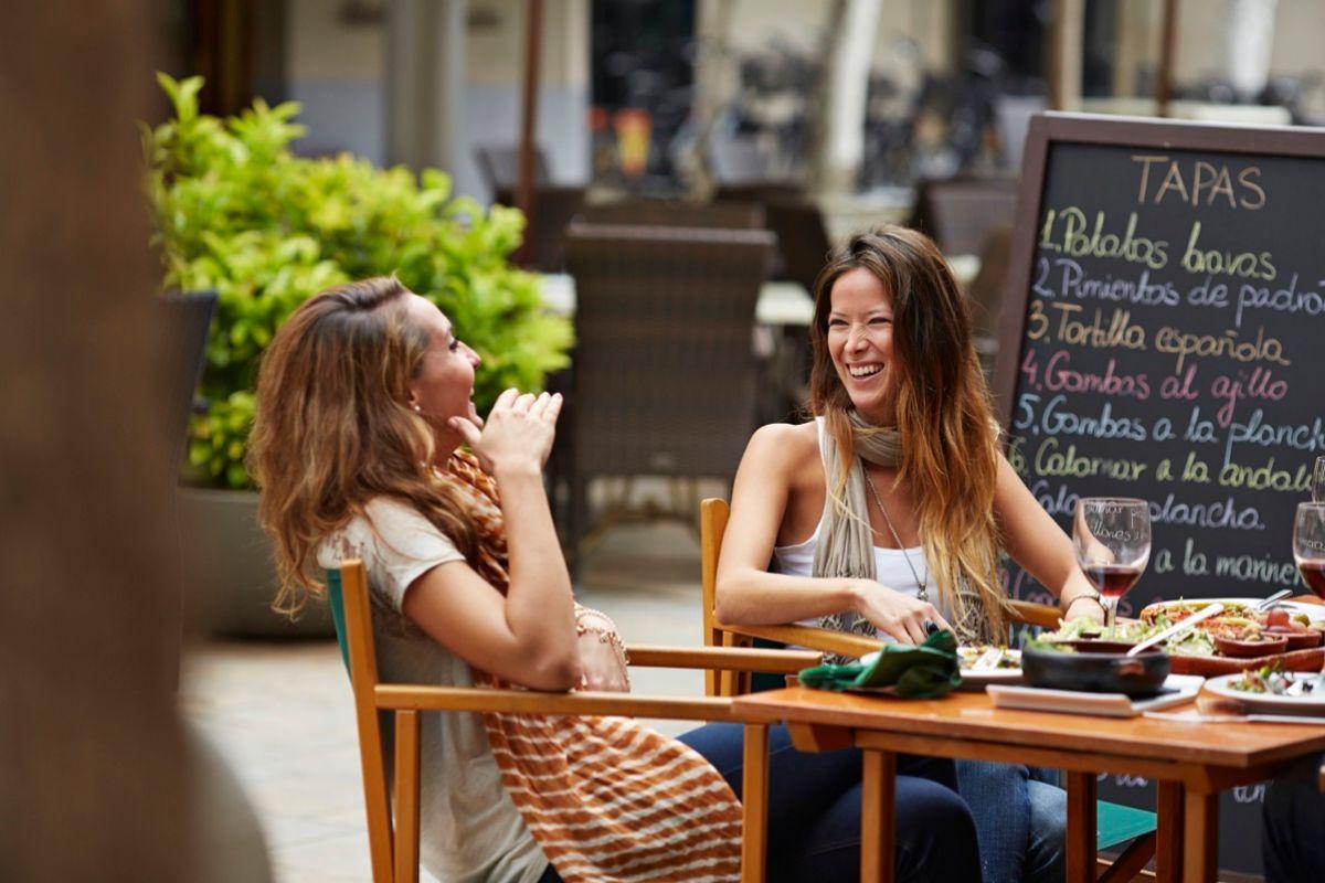 El diálogo es el primer paso si sientes que una relación de amistad te produce malestar.