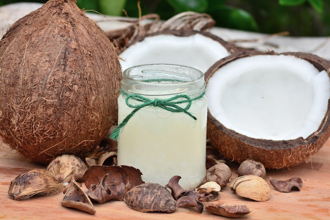 El aceite de coco es un must have para el cuidado de la piel y del pelo.