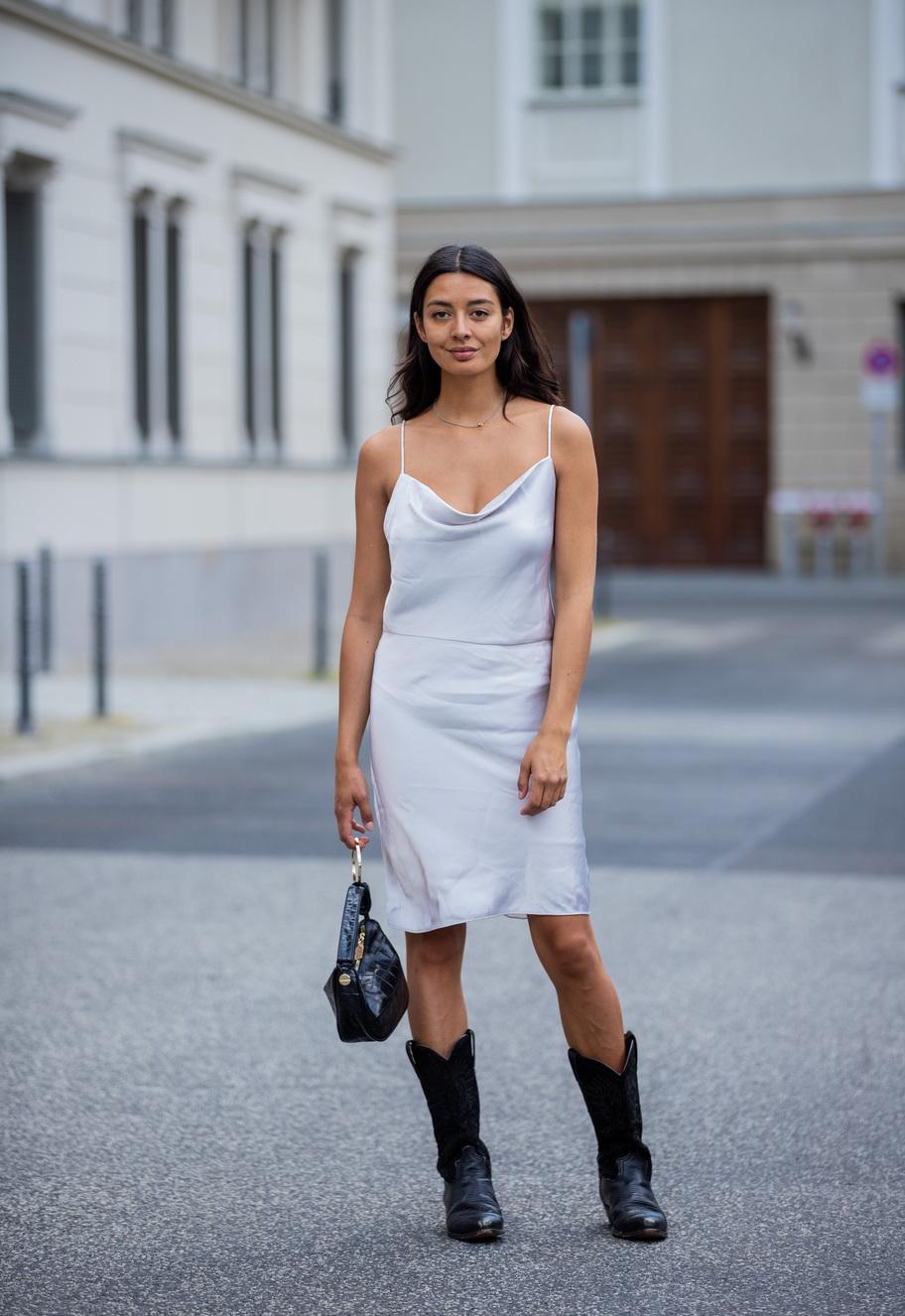 Vestido lencero con botas