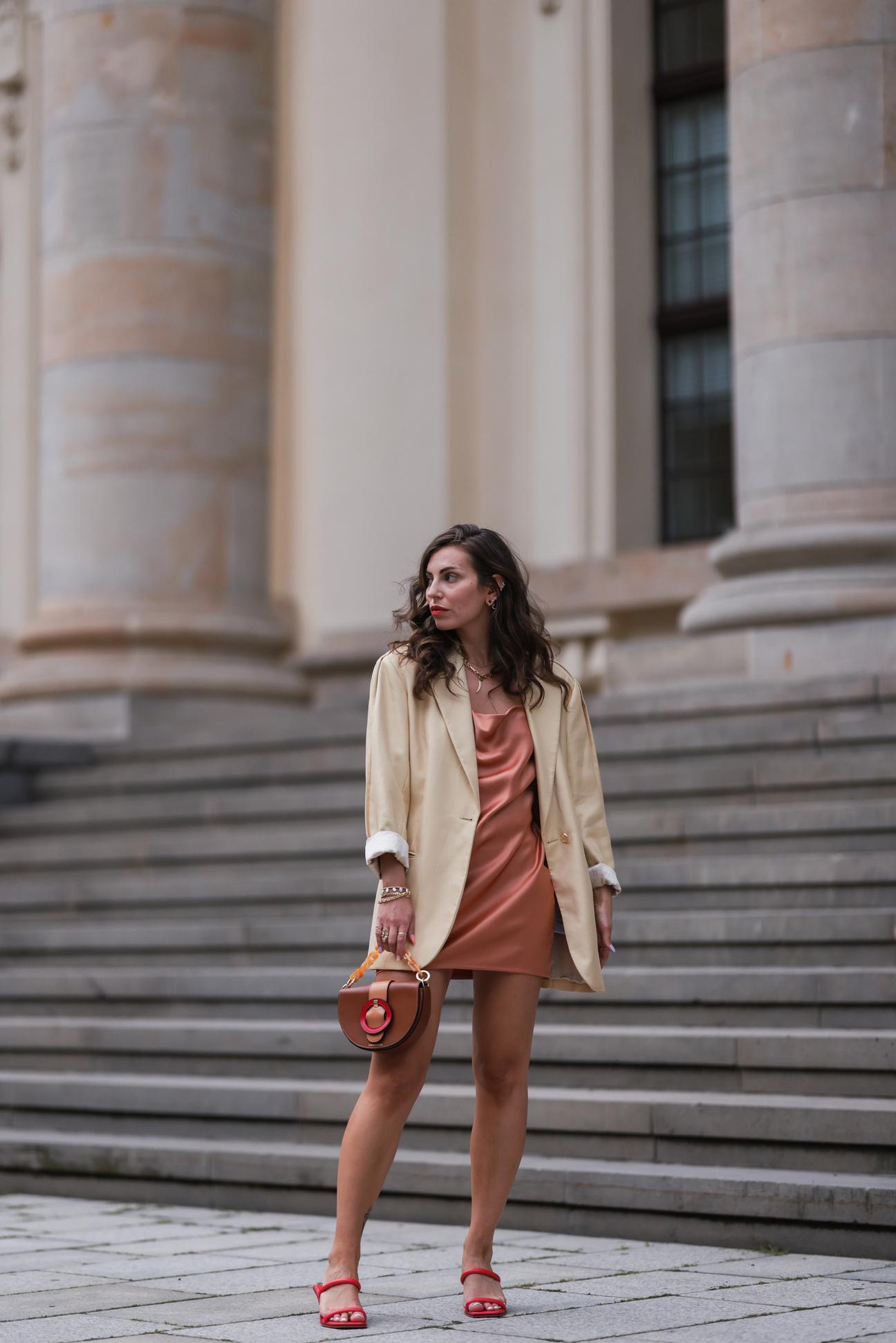 Vestido lencero con blazer