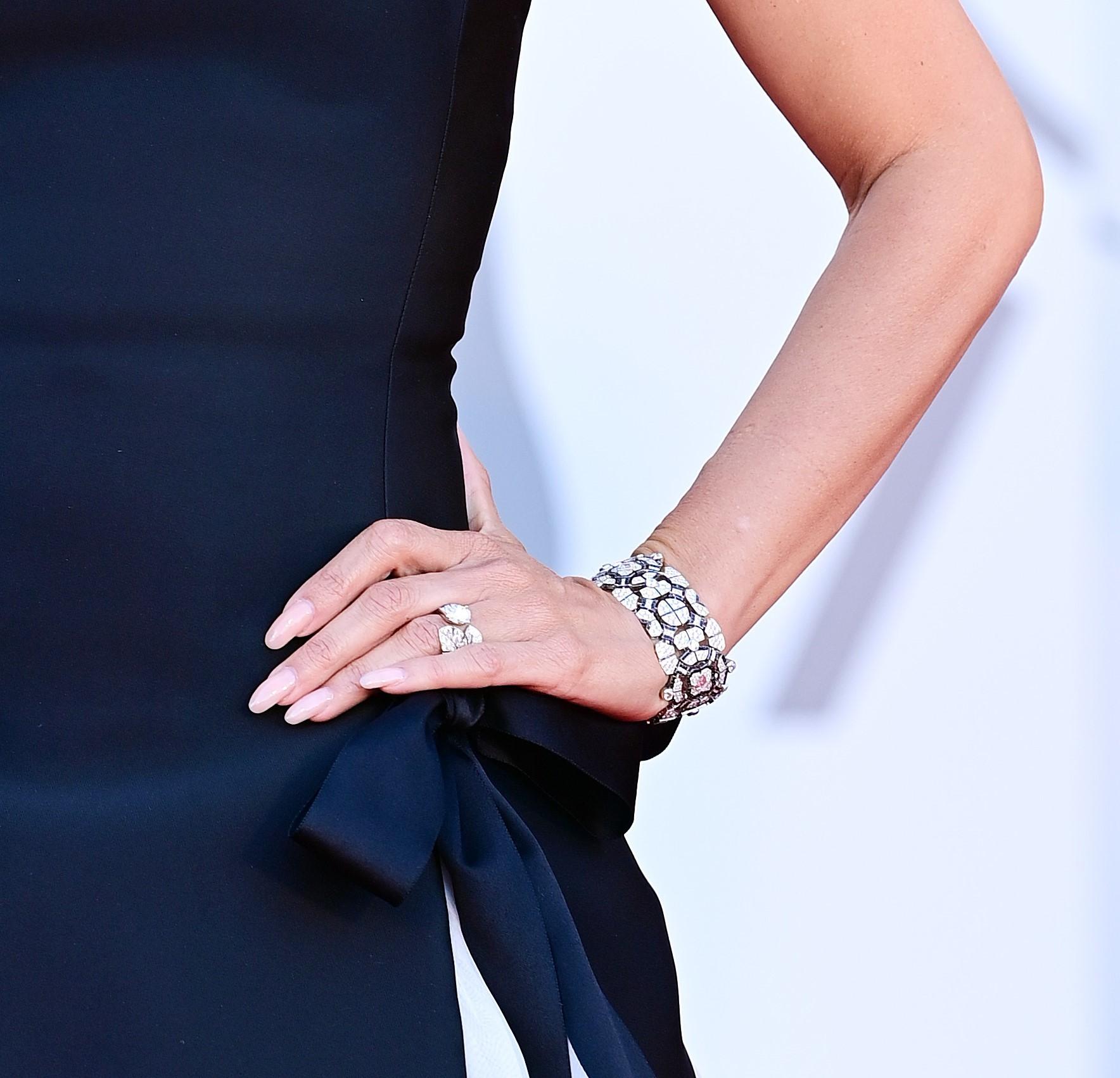Brazalete y anillo de Alta Joyería de Chanel que llevó Penélope Cruz en Venecia.