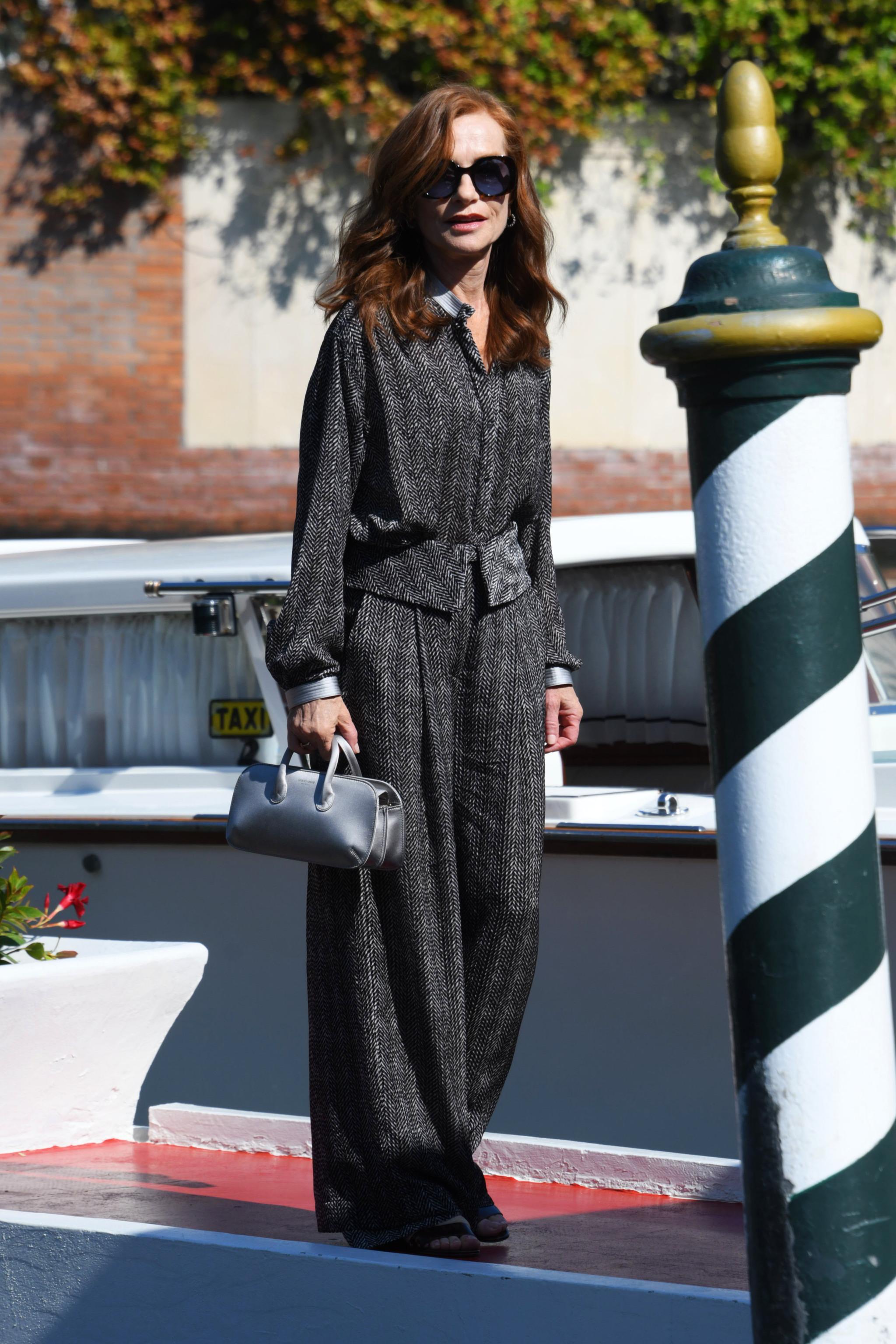 Isabelle Huppert con un conjunto de Giorgio Armani.