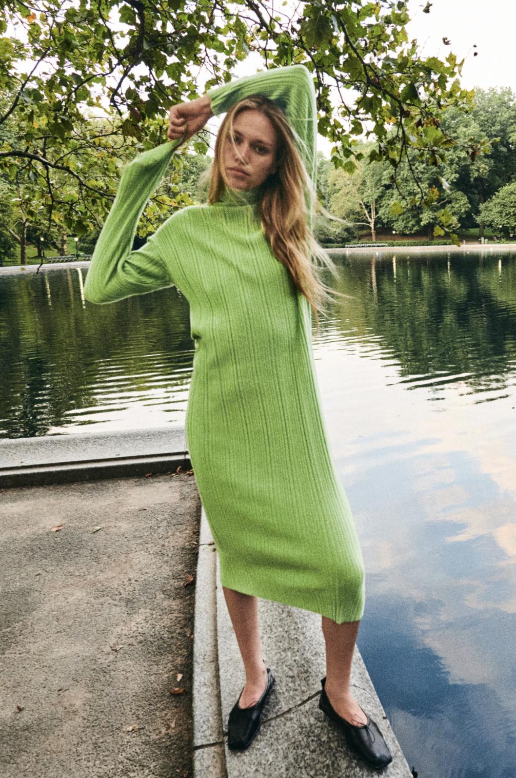 El verde aterriza sobre chaquetas y vestidos de punto en lo más nuevo de Zara