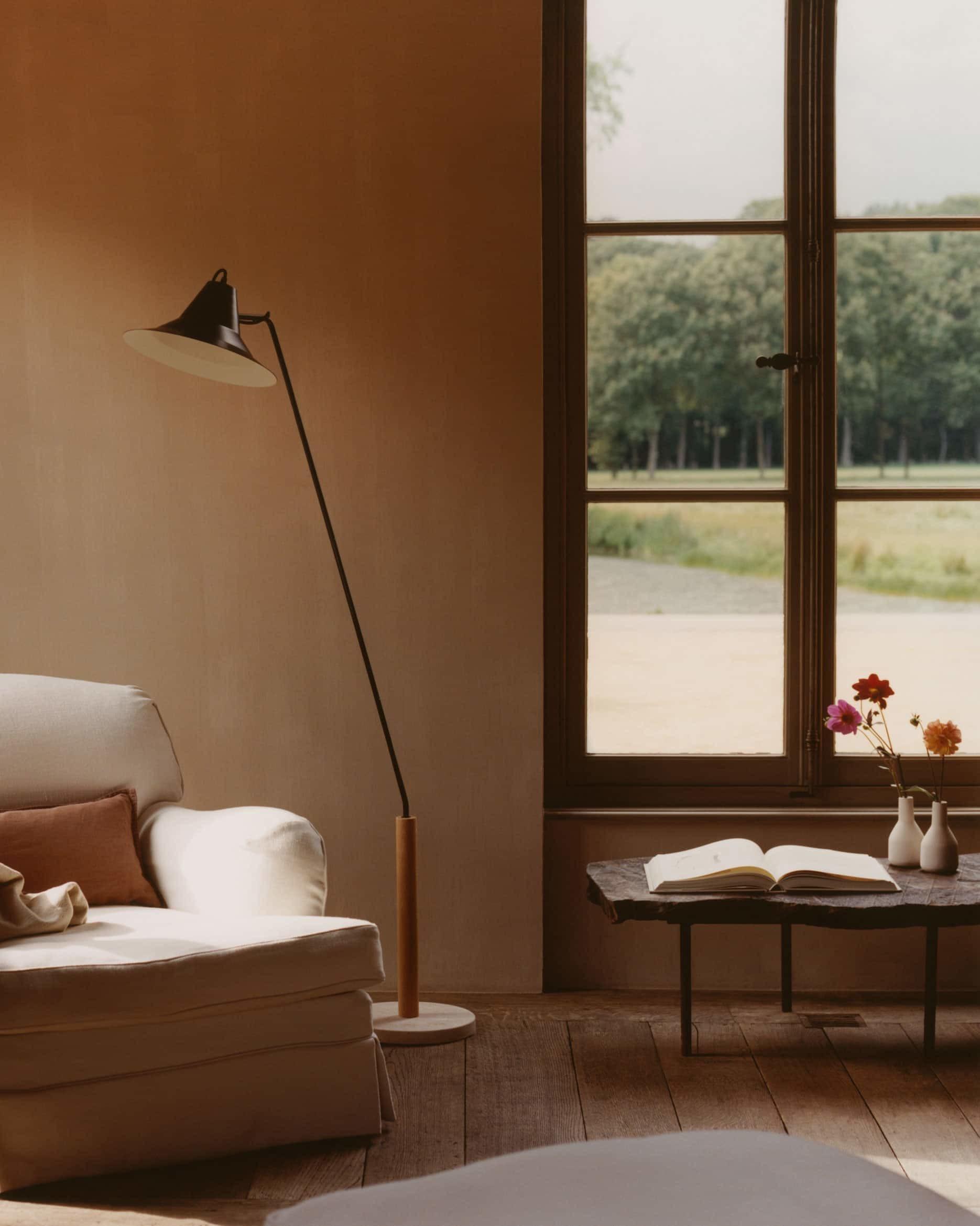 Fíjate en esta mesa con forma de tronco. La intención es clara: intriducir la naturaleza en casa, también a través de sus formas. La presencia de la lampara flexo de estilo más industrial potencia aún más las formas orgánicas de la mesa.