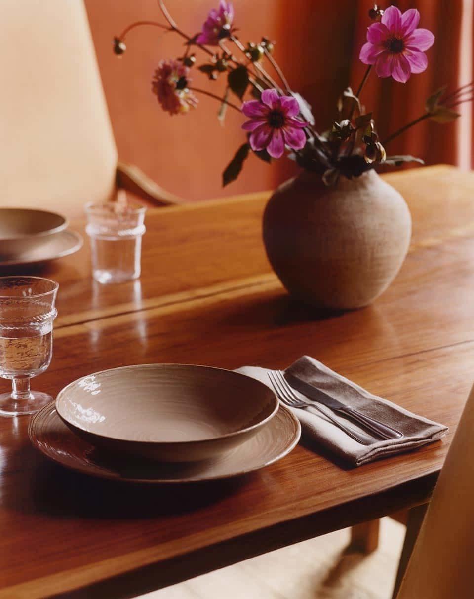 En este comedor las servilletas son de lino natural, las vajillas color melocotón y los detalles orgánicos están por todas partes.