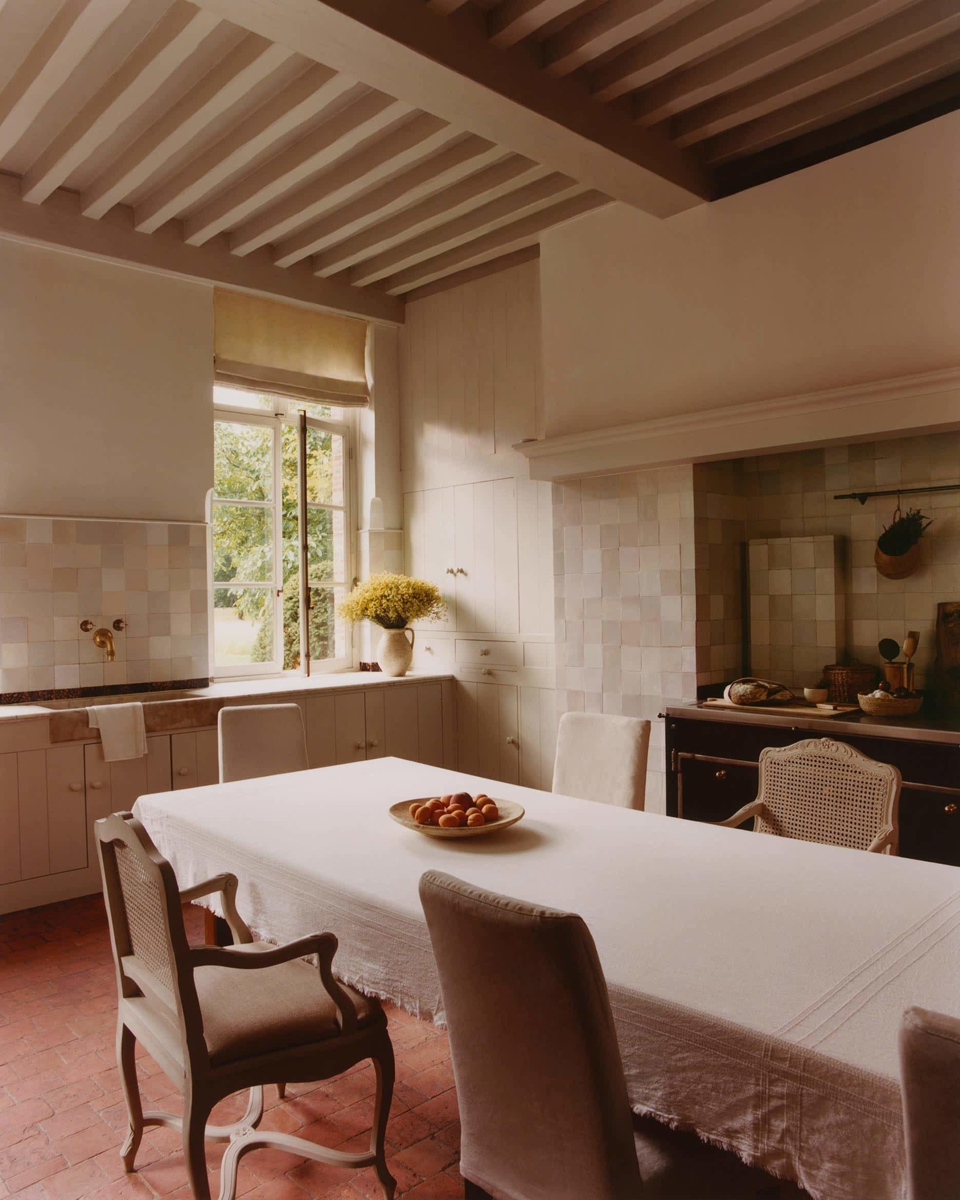Una cocina llena de luz donde estar es un placer. Pocas cosas, a la vista y bien ordenadas.