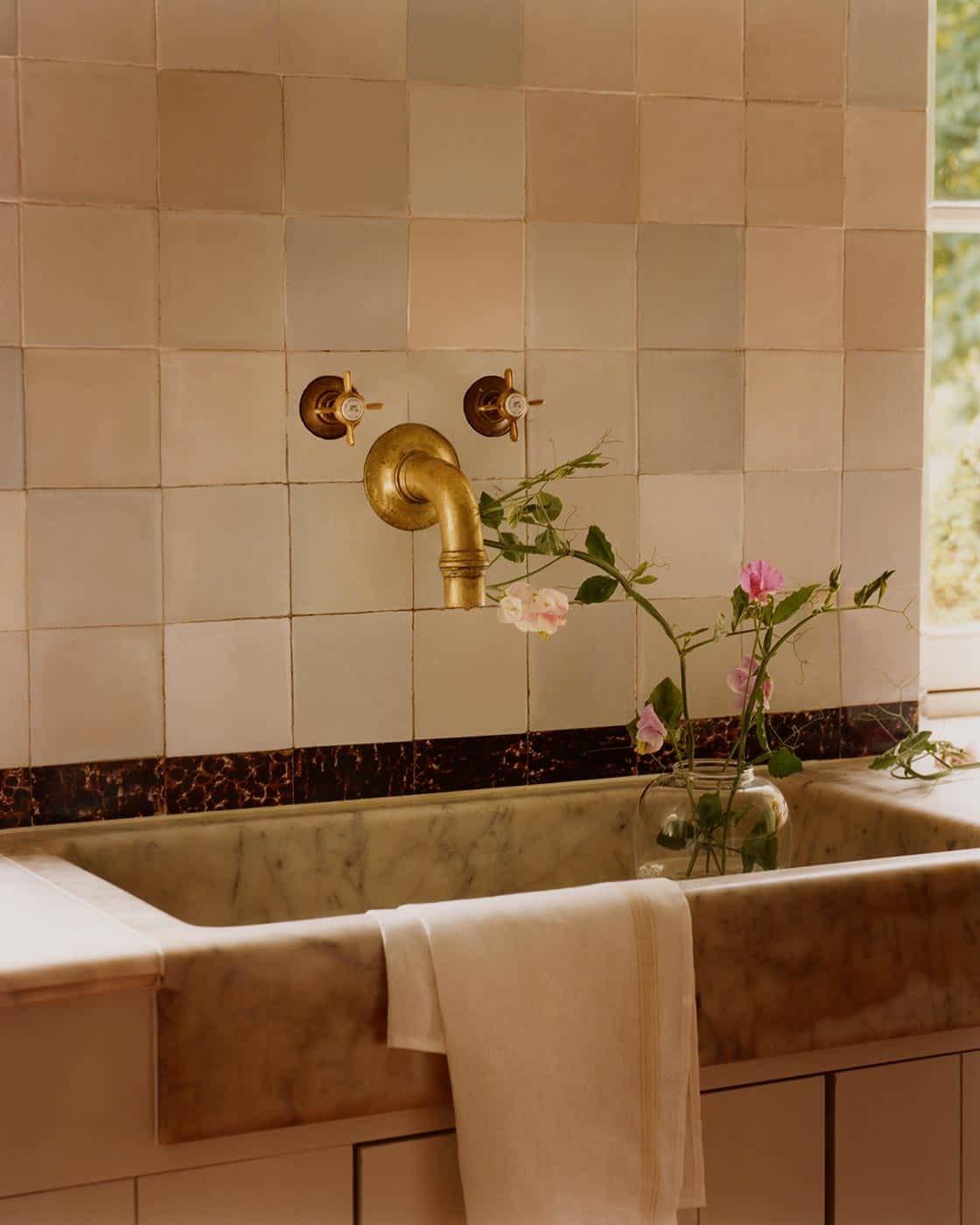 La grifería y el horno de leña de esta cocina le dan un aire vintage renovado.