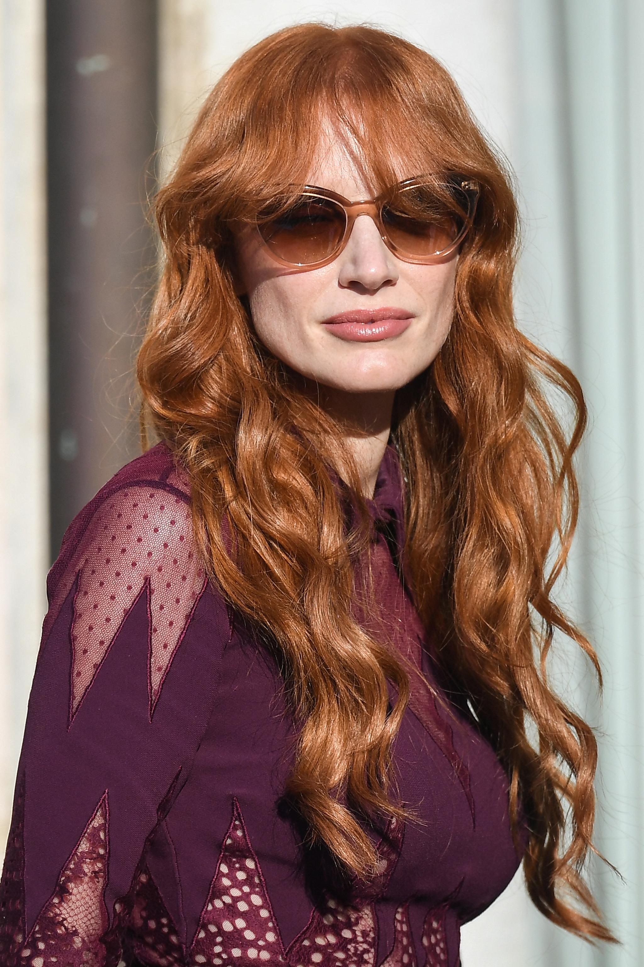 Nos encanta el color, el corte con flequillo y el peinado de Jessica Chastain para este otoño.