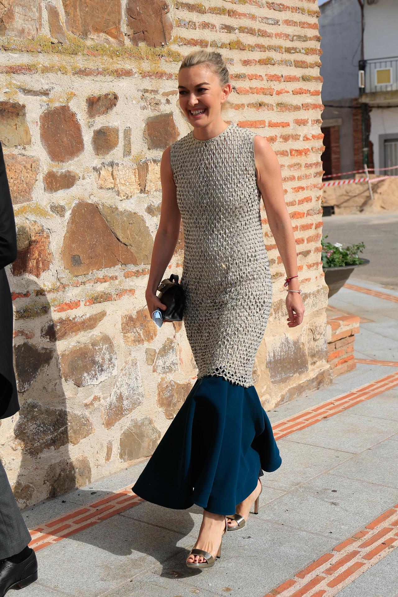 Marta Ortega también eligió sandalias de tacón metalizadas para la boda de Felipe Cortina y Amelia Millán en Ciudad Real este verano, a juego con su vestido.