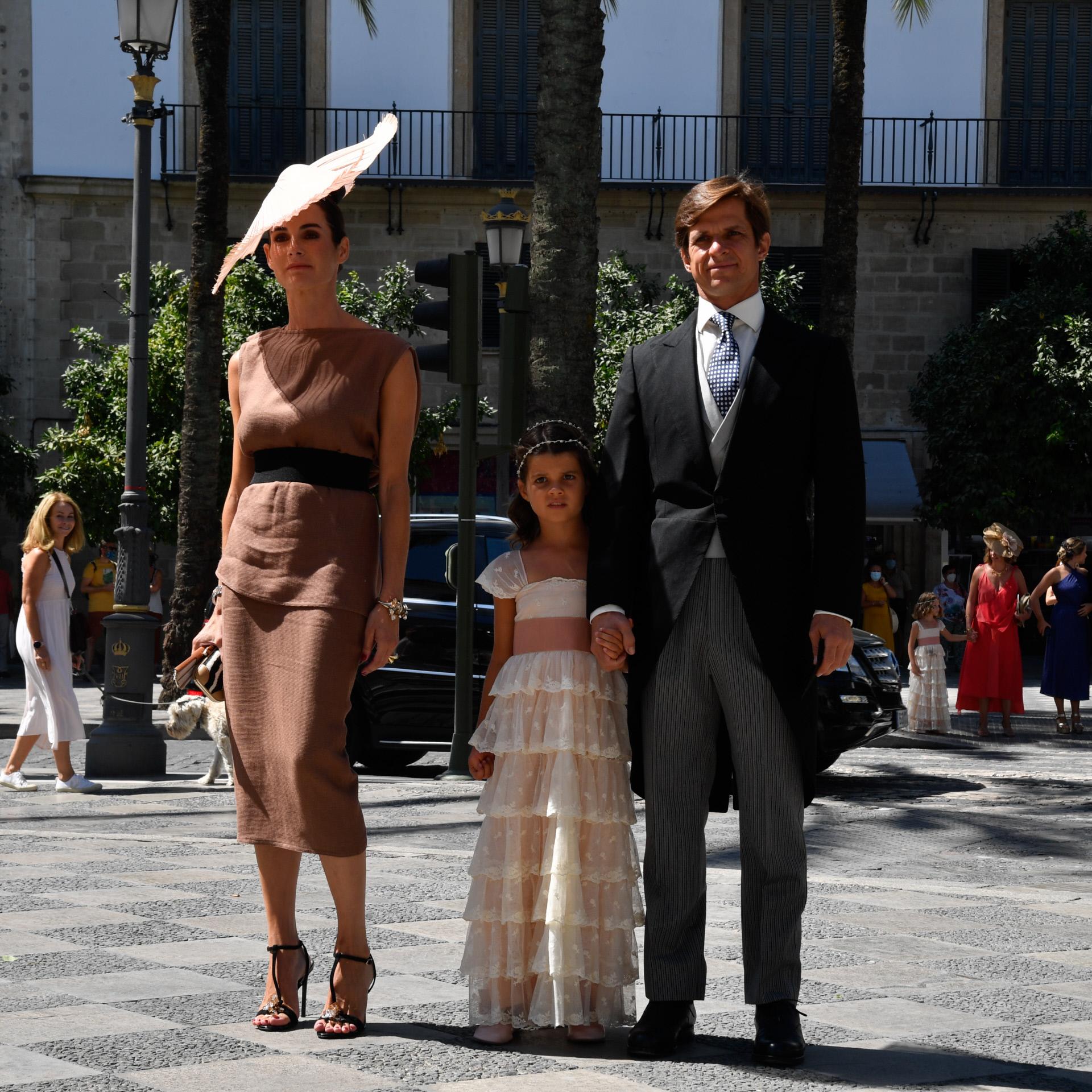 """En la boda de Carlos Cortina y Carla Vega Penichet en Jerez, Rosario Domeq se decantó por una sandalia joya, literalmente """"de infarto"""" que engamó con el resto de sus complementos en un juego muy estudiado de texturas y estampados (clutch estampado, pamela y sandalias joya en negro). Sólo un vestido monocolor y neutro remató la perfección y la elegancia del outfit."""