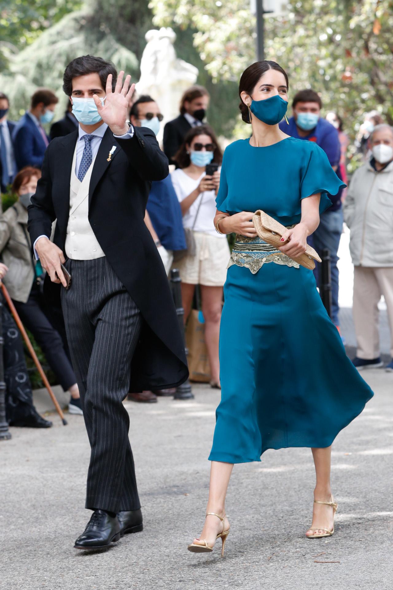 Rescatamos esta foto de Sofía Plazuelo en la boda de Carlos Fitz James Stuart y Solis y Belen Corsini en mayo por ser un buen ejemplo de esta misma regla de estilo. Sandalias y cartera beis a juego más un vestido monocolor.
