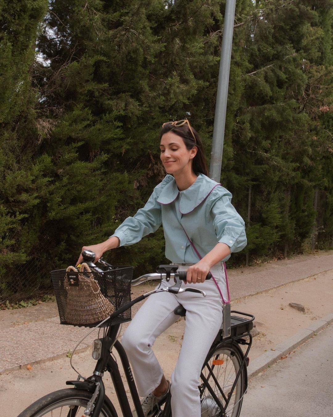 Sassa de Osma con vaquero blanco montando en bicicleta.