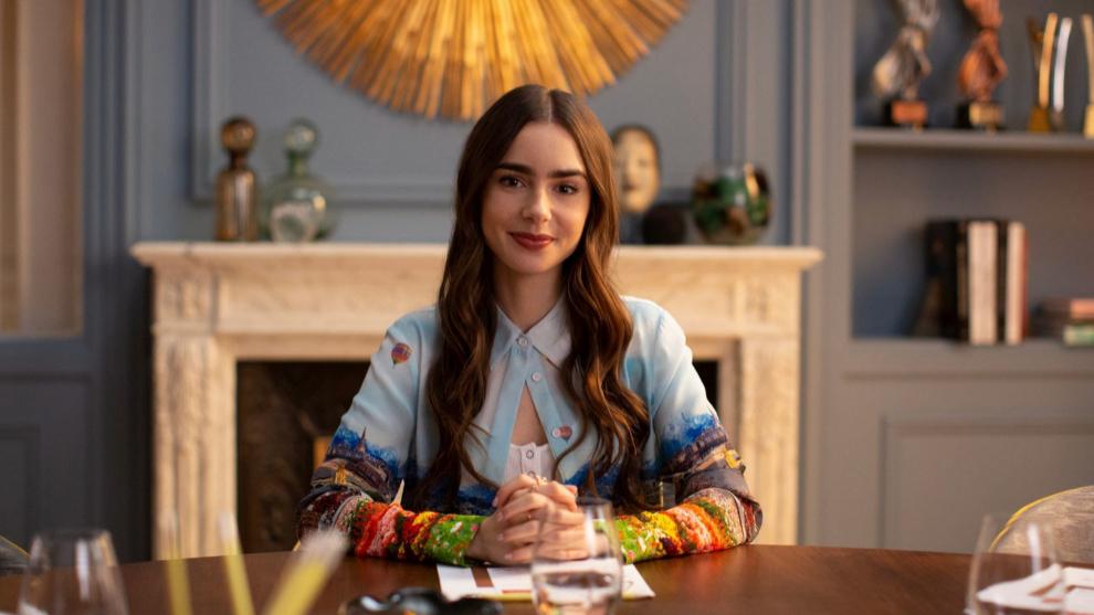 """Lily Collins interpreta a Emily, una joven ambiciosa que se muda por trabajo a la capital de Francia, en """"Emily in Paris"""", de Netflix."""