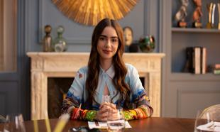 Lily Collins interpreta a Emily, una joven ambiciosa que se muda por...
