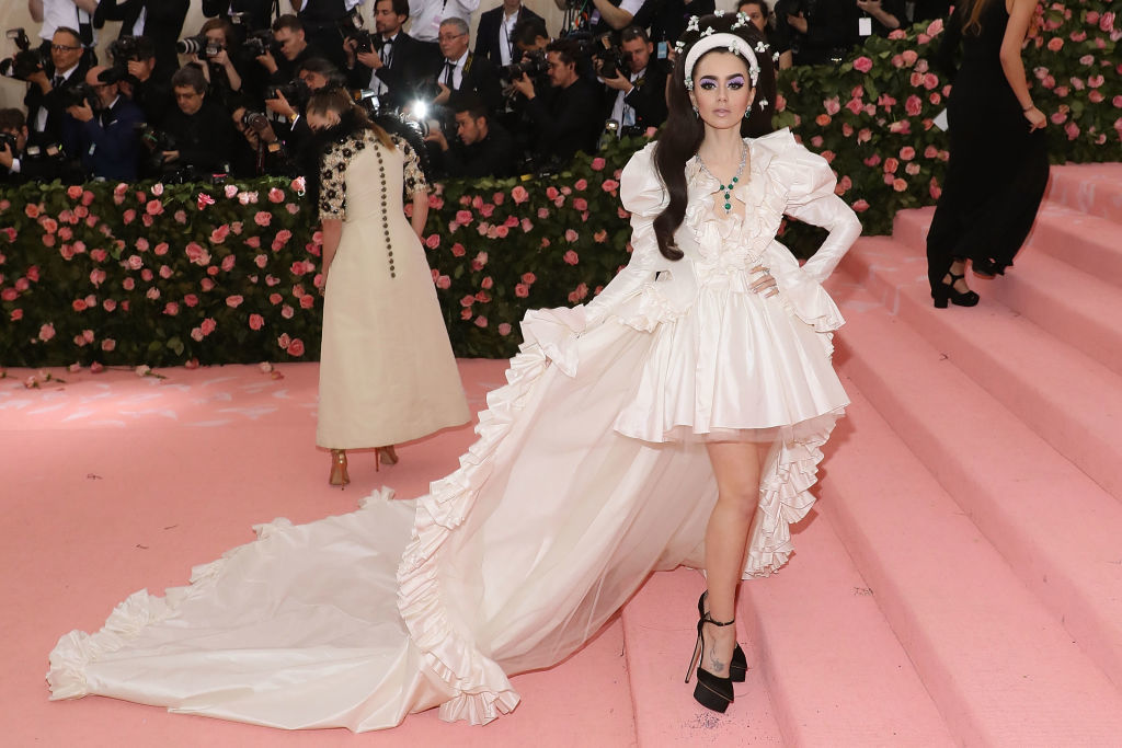 Lily Collins and la Gala MET 2019.