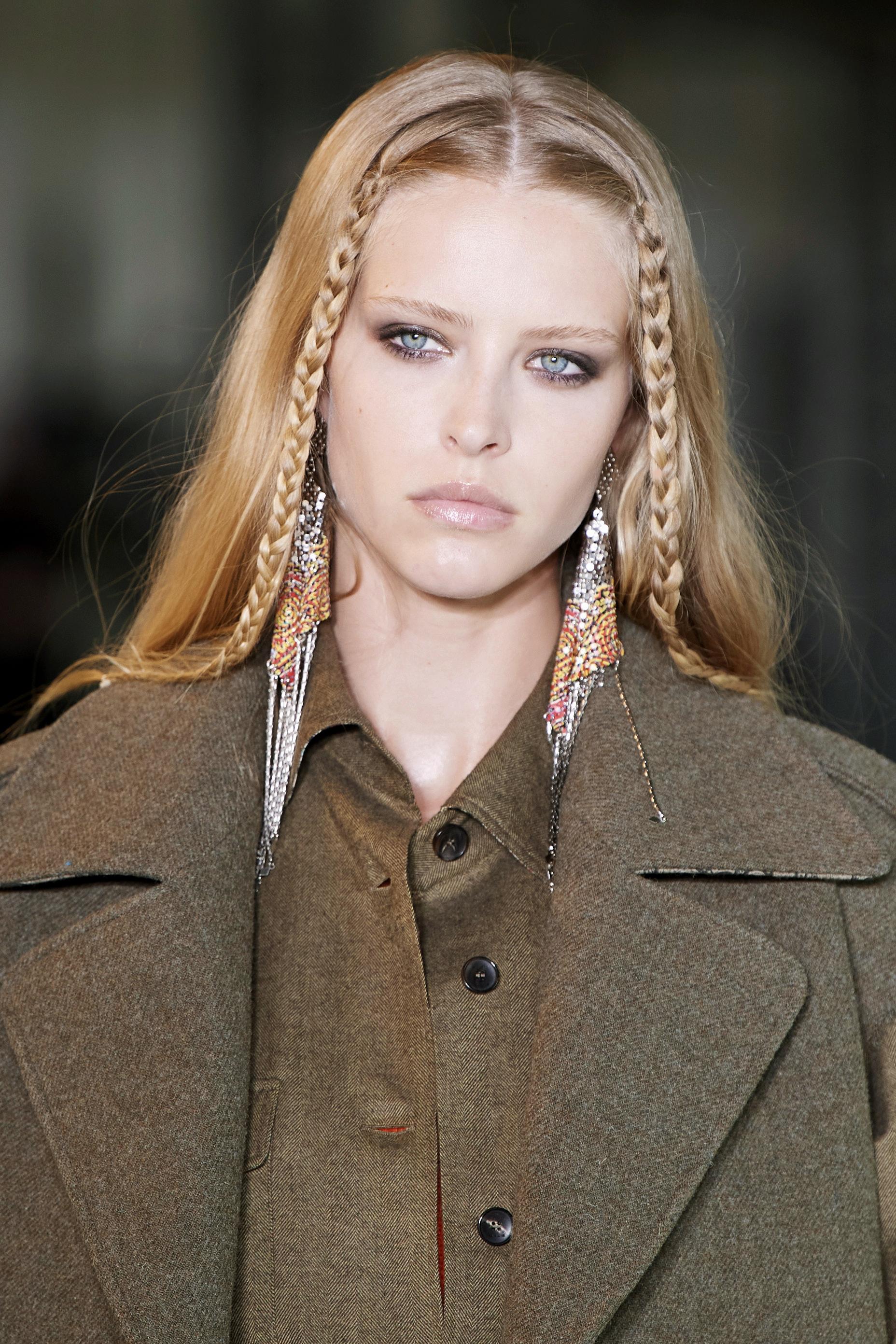 Las trenzas en su versión étnica o ambos lados de la cara de la mano de Etro serán uno de los peinados tendencia que no te quitarás este otoño.