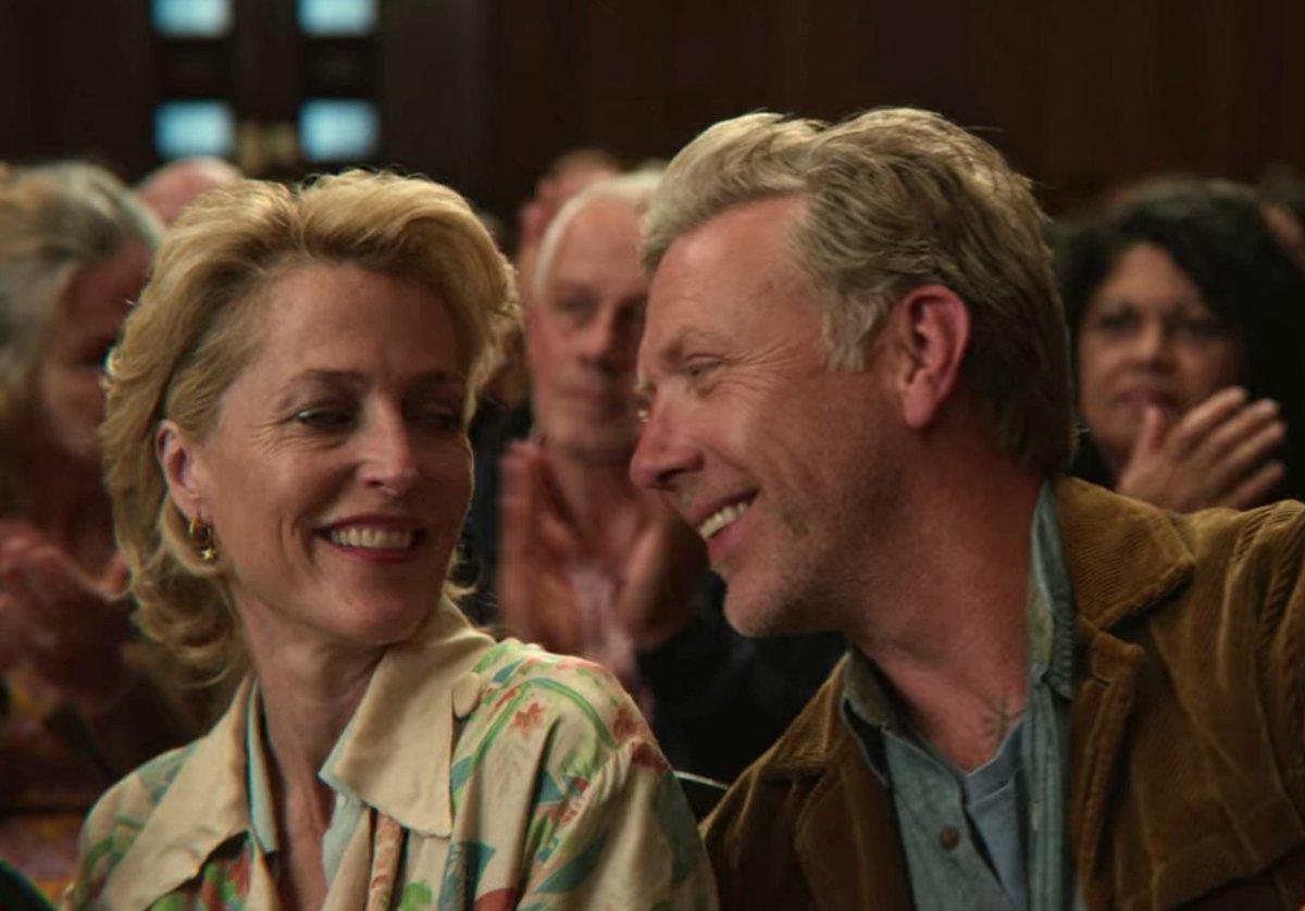 """Gillian Anderson interpreta a la doctora Millburn en """"Sex Education"""", que mantiene un romance con Jakob."""