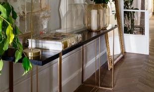 Consola de mármol en el recibidos de la casa del decorador Tristán...