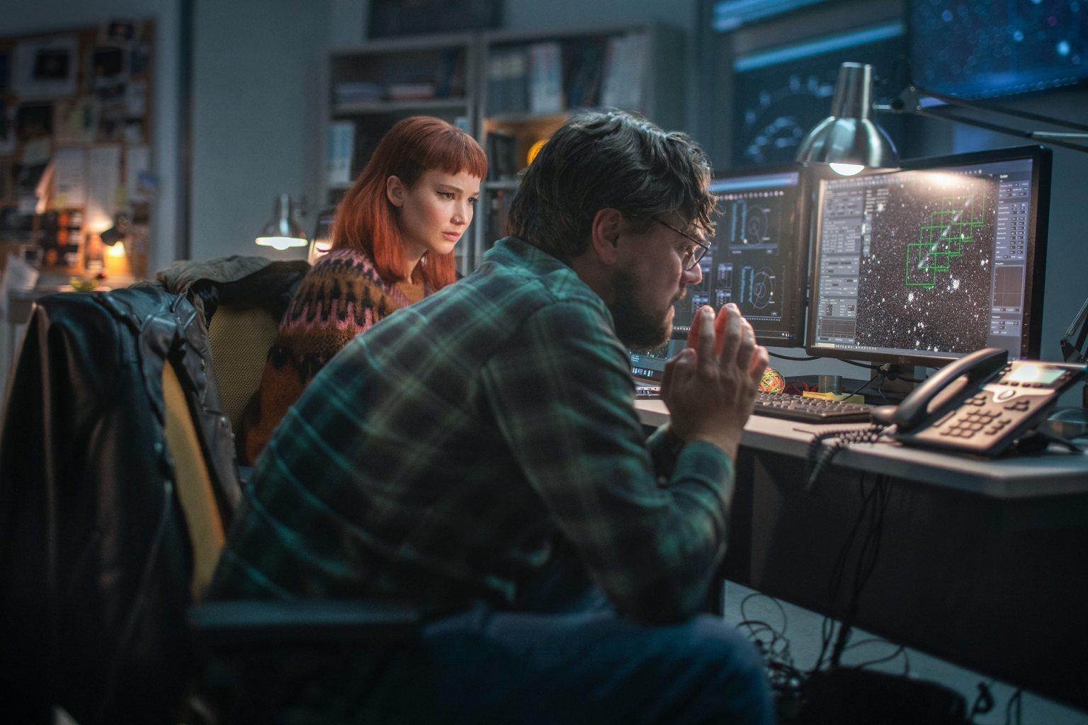 """Jennifer Lawrence y Leonardo DiCaprio interpretan a dos astrónomos que averiguan que la Tierra está en peligro en """"No mires arriba"""", la nueva película de Netflix."""