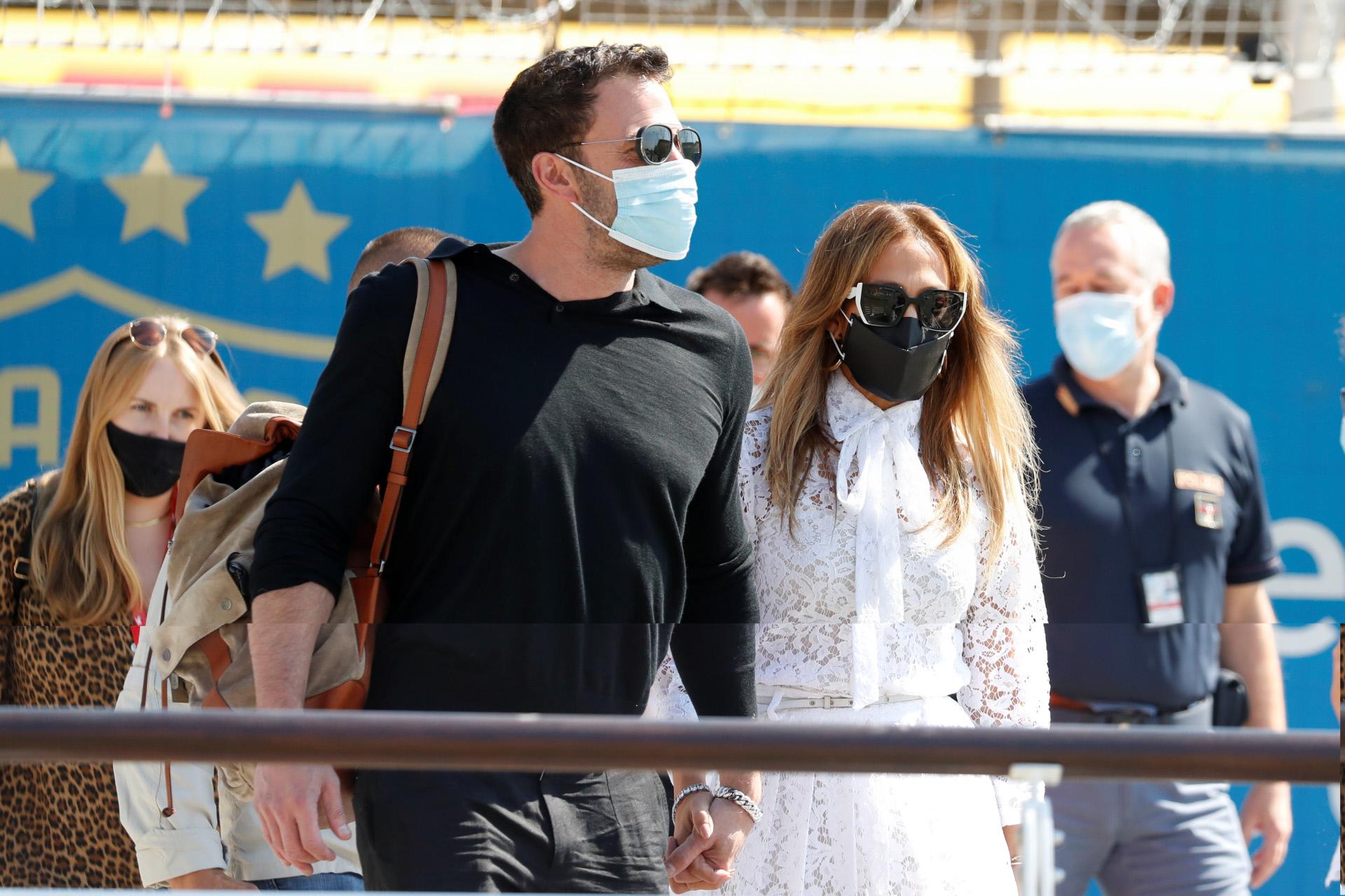 Ben Affleck y Jennifer Lopez paseando por Venecia.