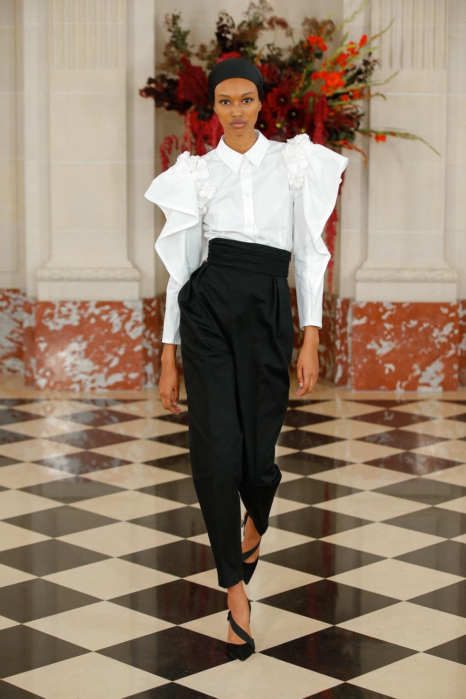 Camisa blanca y pantalón negro de Carolina Herrera NY.
