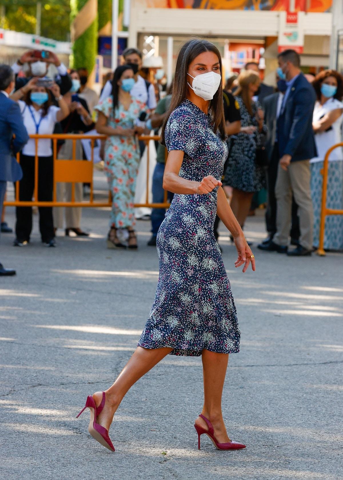 La reina Letizia con un vestido midi en print.