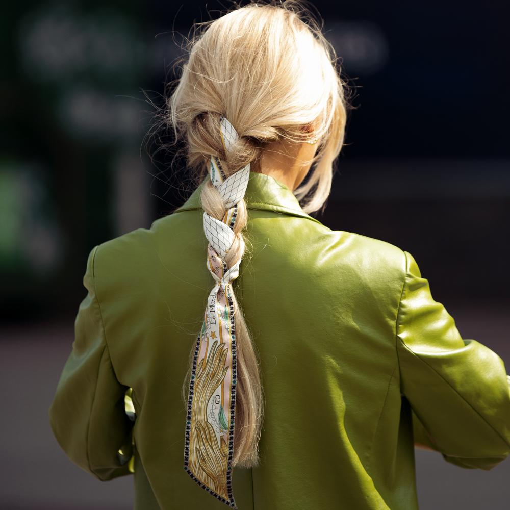 Las melenas largas y los cortes para pelo largo se adornan con algún accesorio muy sutil como el pañuelo en recogidos como esta trenza que luce una insider de Copenhague.