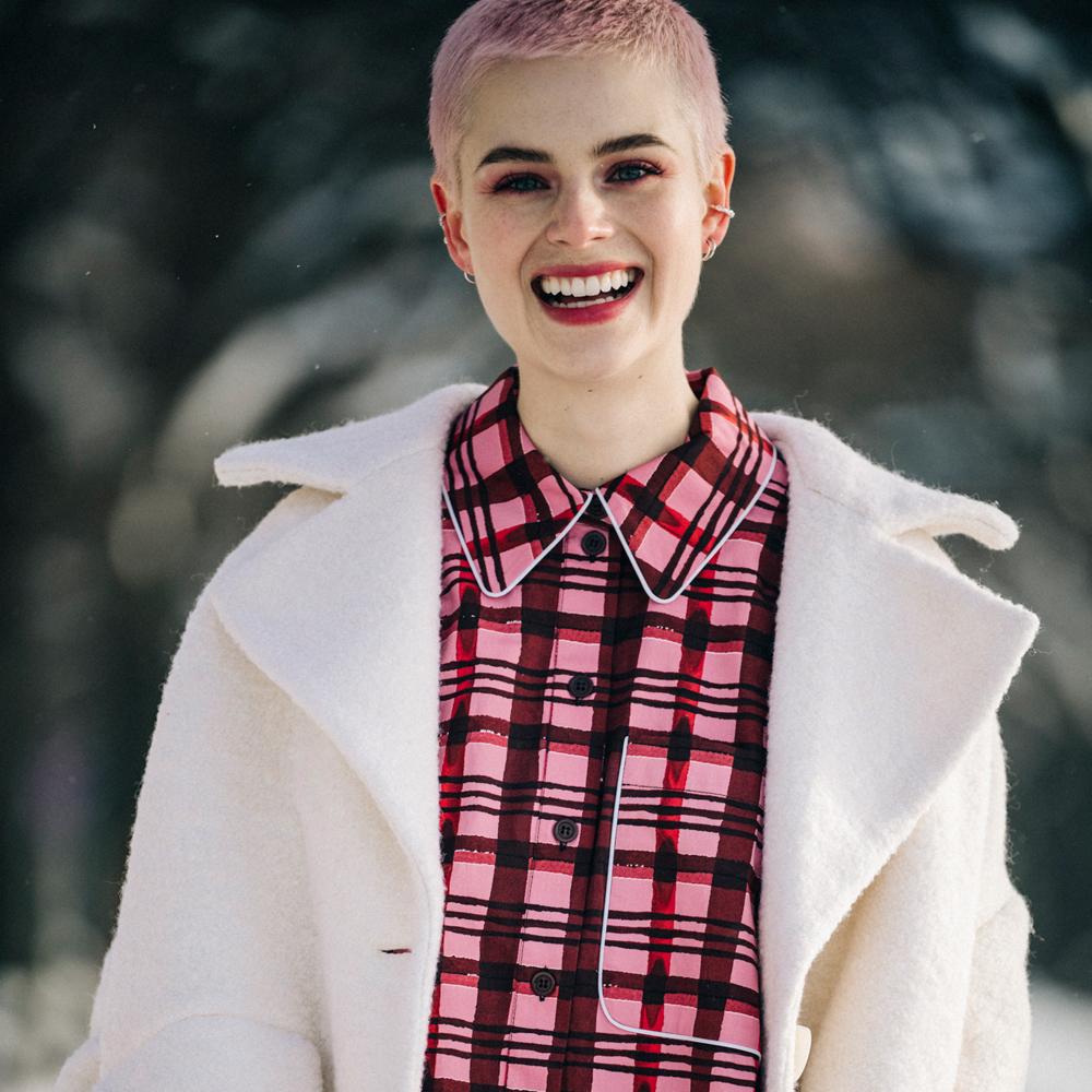 En el street style de Copenhague hemos visto cortes de pelo muy cortitos o bold cut con licencias a colores fantasía como el rosa pero en su versión más minimal.