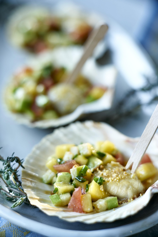Las ensaladas con proteínas vegetales y grasas como el aguacate también se convierten en una opción sana para cenar si quieres perder peso.