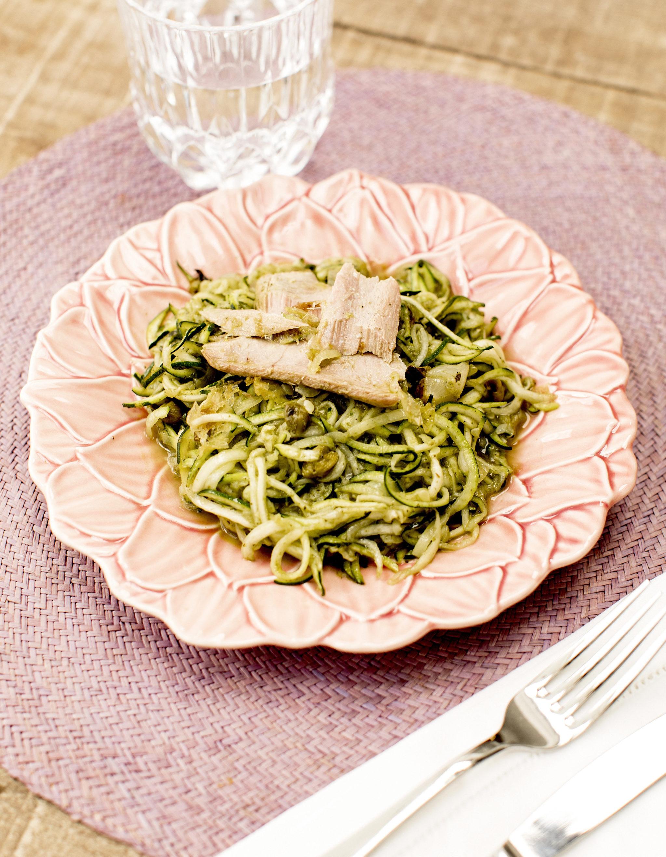 Una proteína como un pescado blanco con verduras verdes como el calabacín se convierte en un plato ligero y delicioso para cenar ligero.
