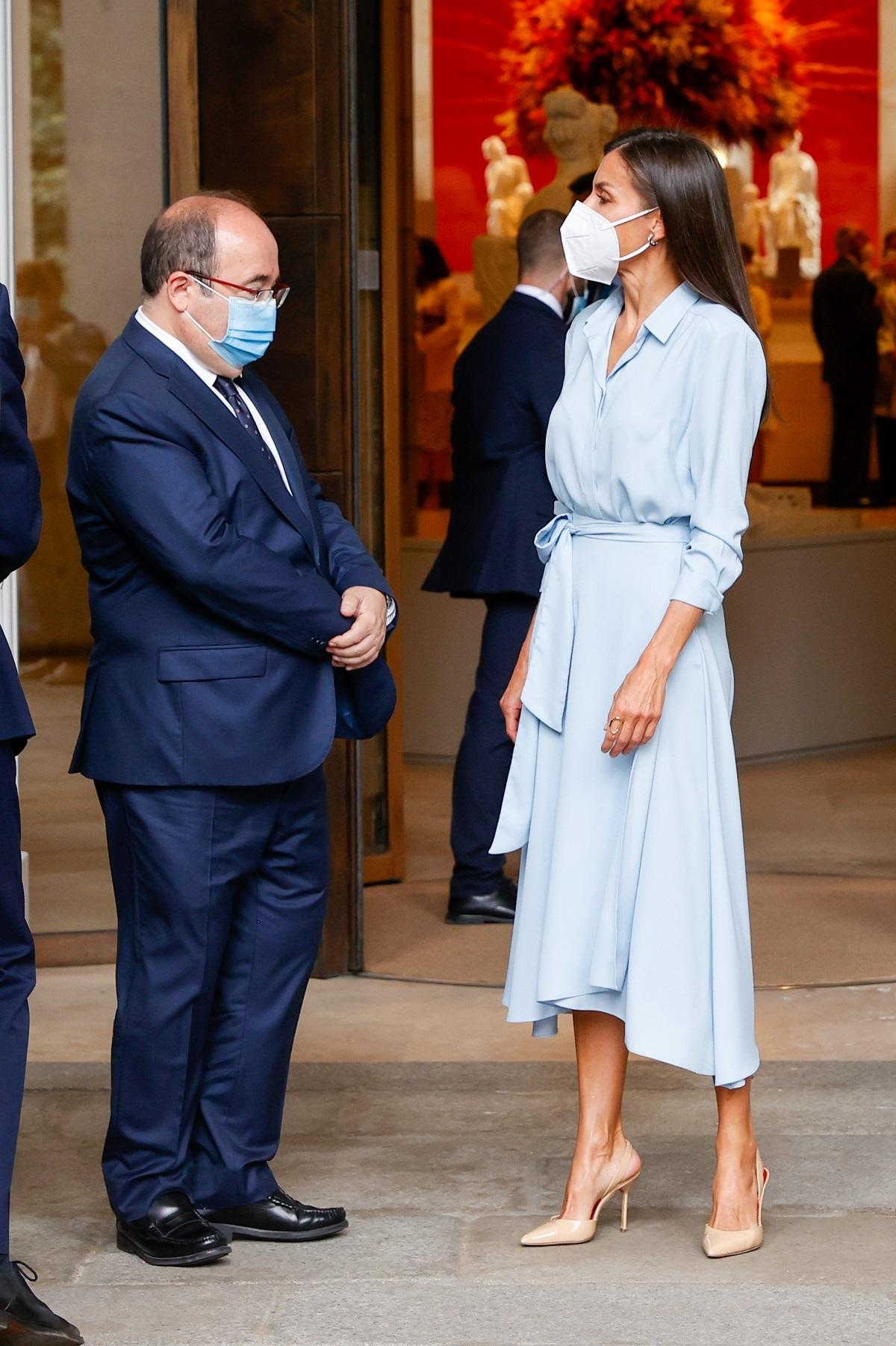 Letizia con un vestido camisero imbatible para la rentrée.