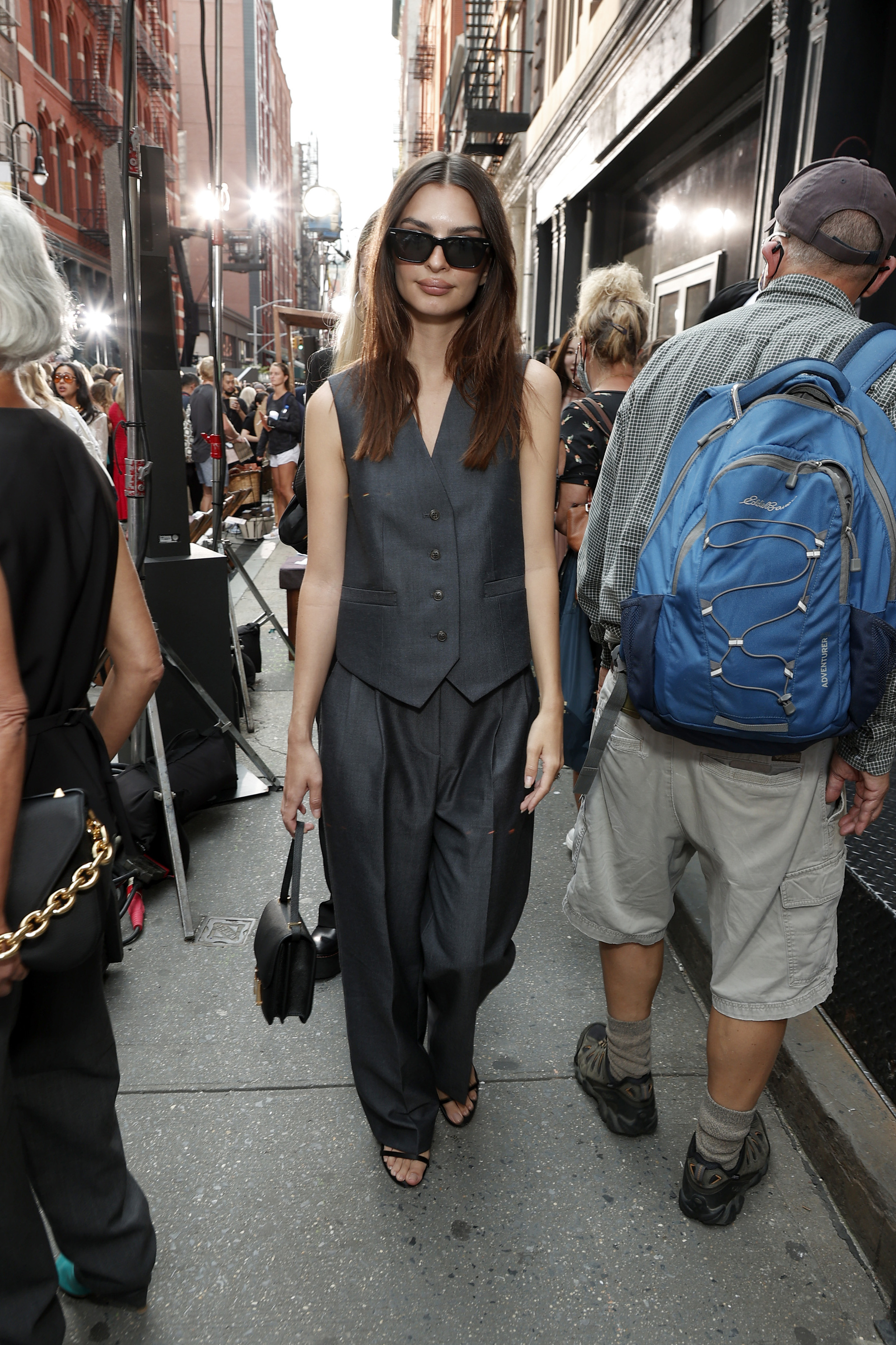 Emily Ratajkowski con pantalón de vestir y chaleco.
