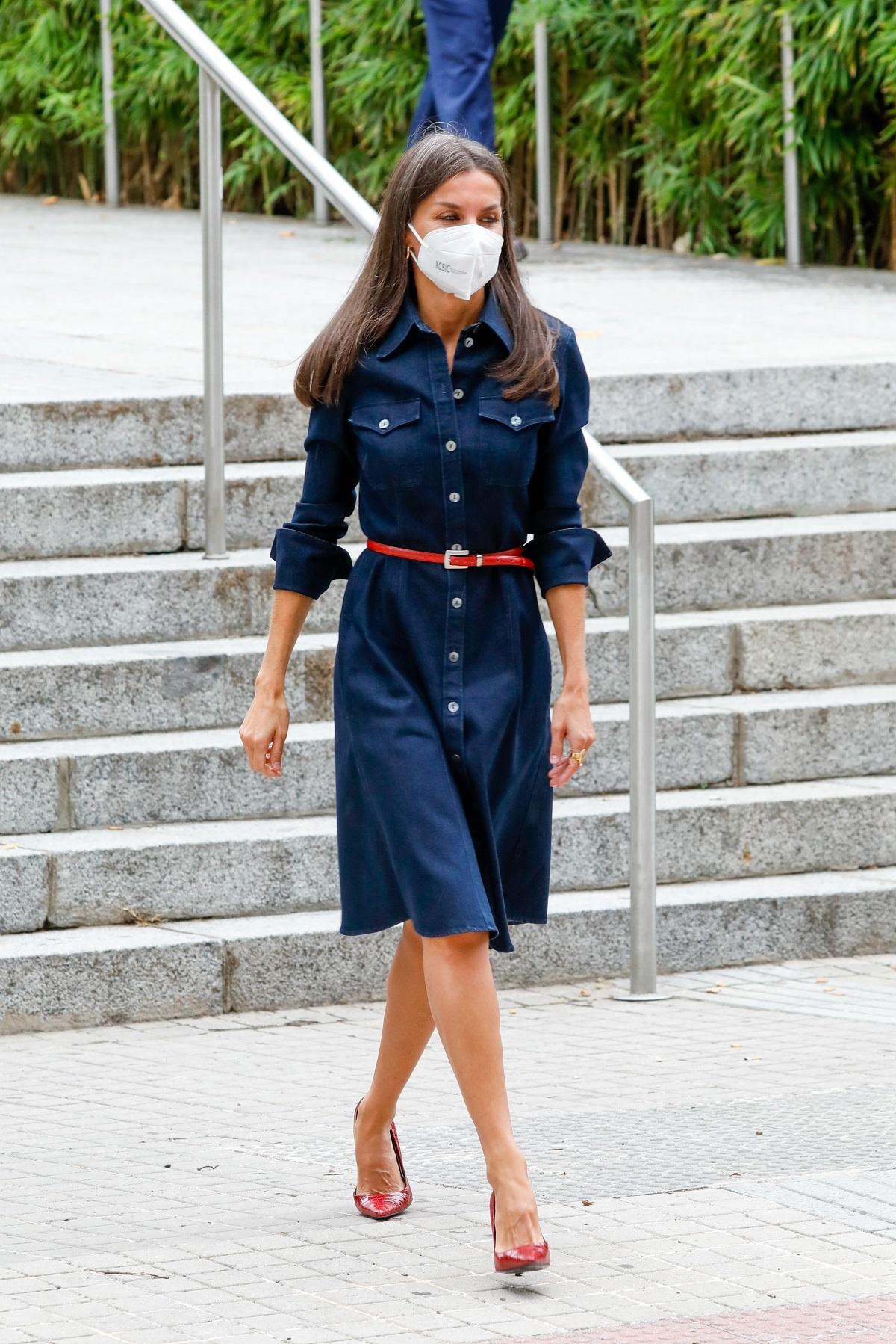 El look de la Reina Letizia con un vestido en denim.