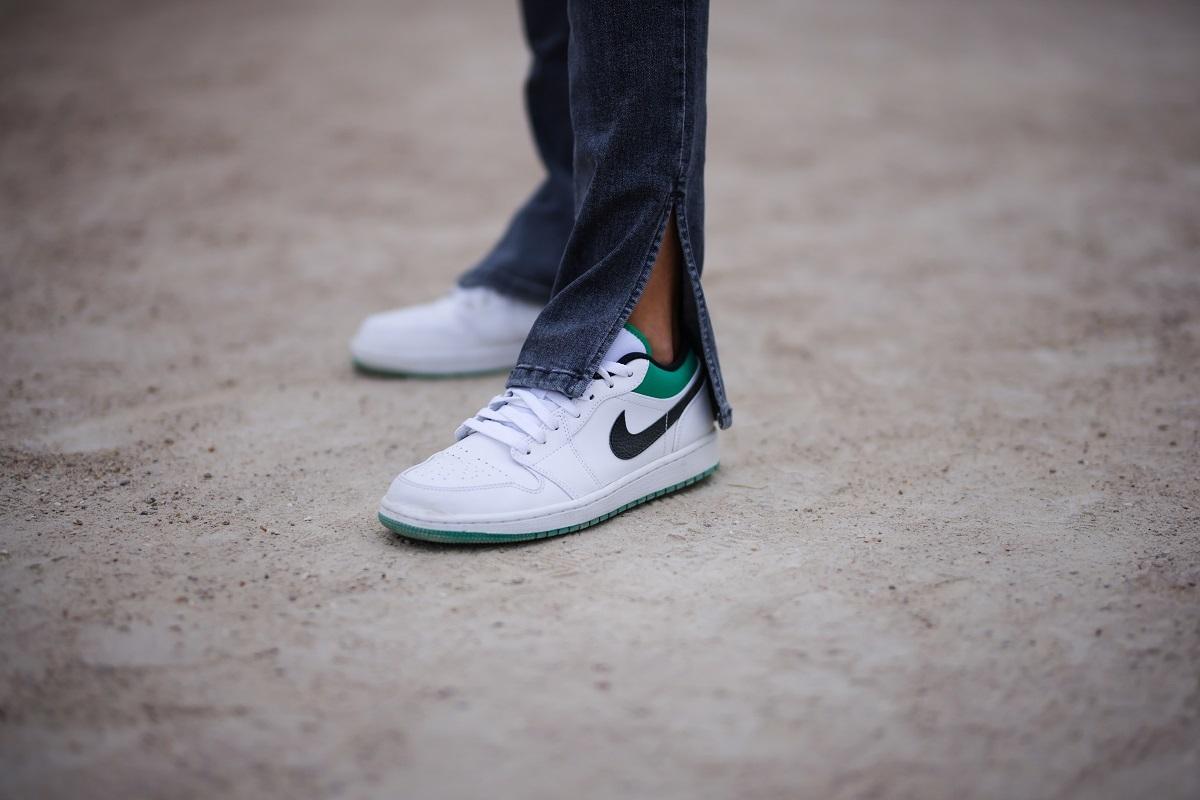 Las sneakers siguen siendo una opción infalible para la ciudad.