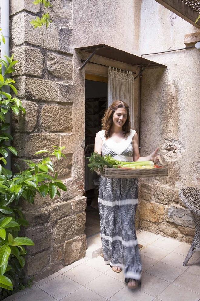 Pía Capdevila, de Sita Murt, y en las manos, bandeja de ratán de Última Parada.