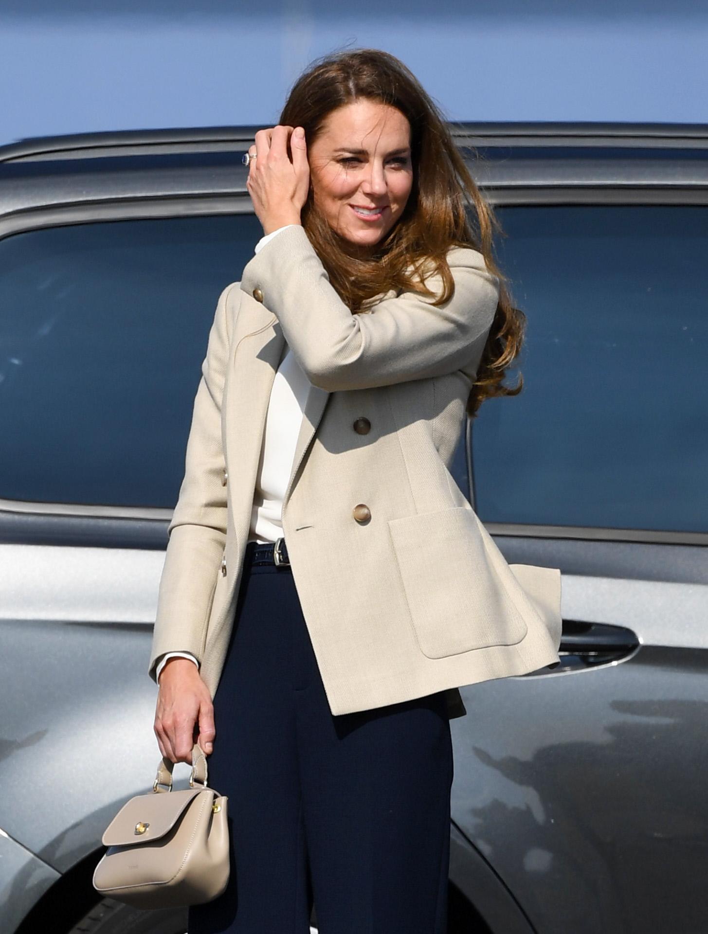 Haz como Kate Middleton, cuando elijas un look masculino, contraresta su estética con un look de belleza muy femenino. Ella elige la melena suelta perfectos con unos pendientes de aro, pero también puedes optar por unaos labios marcados.