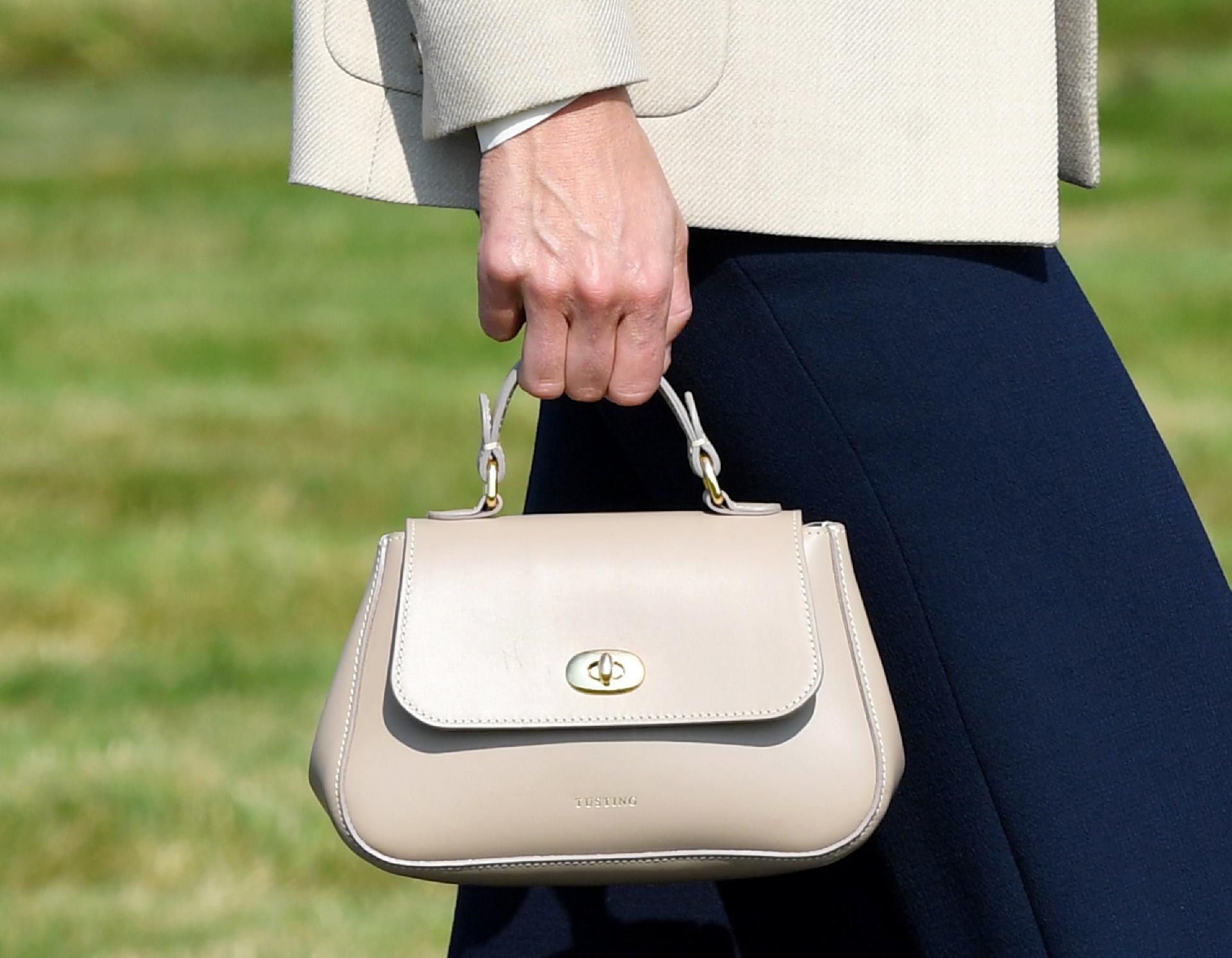 El Mini Holly de la firma Tusting es el bolso elegido por Kate Middleton para esta visita.