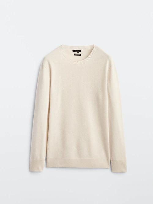 Puedes elegir una camiseta o, cuando haga más frío, este jersey de cashemere de cuello redondo piedra de Massimo Dutti (99,95 euros).