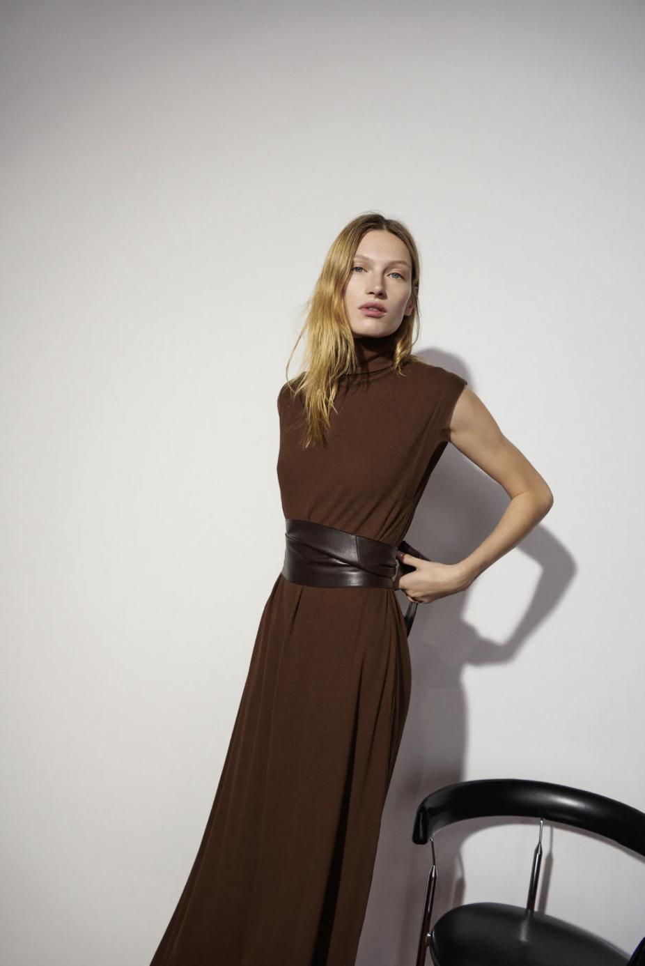 Un vestido marrón puede ser igual de sofisticado que uno negro