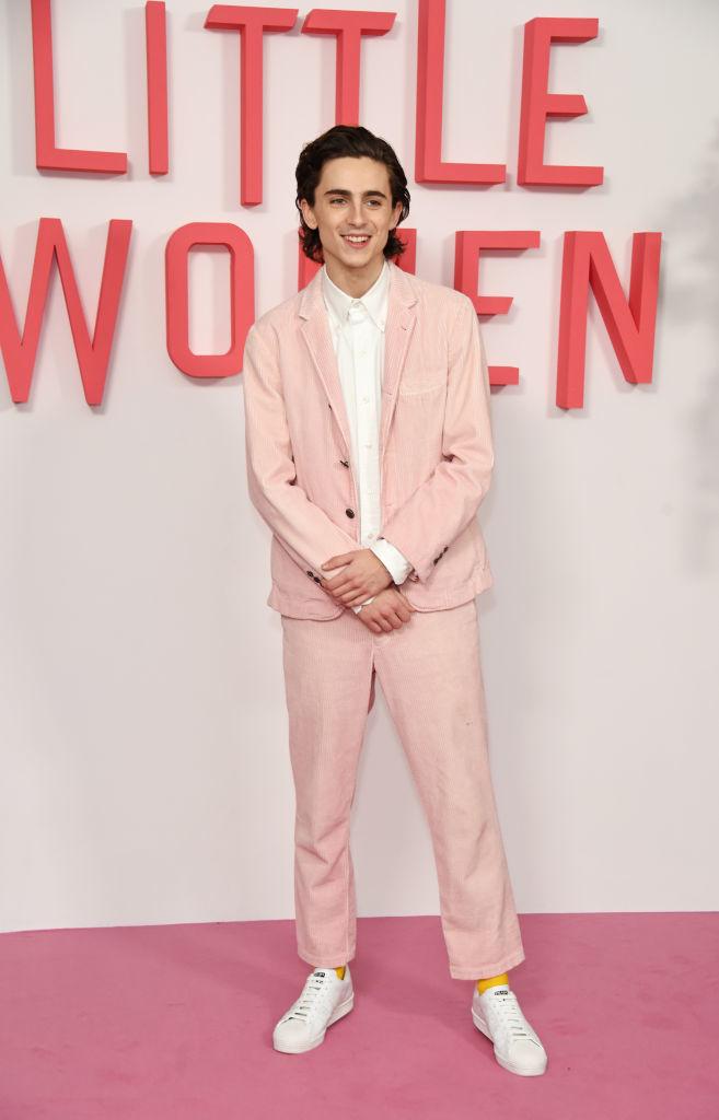 """Timothée Chalamet, con un esmoquin rosa pálido firmado por Thom Browne en la première de """"Mujercitas""""."""