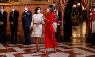 La Reina Letizia apostaba hoy por su color fetiche, el rojo.