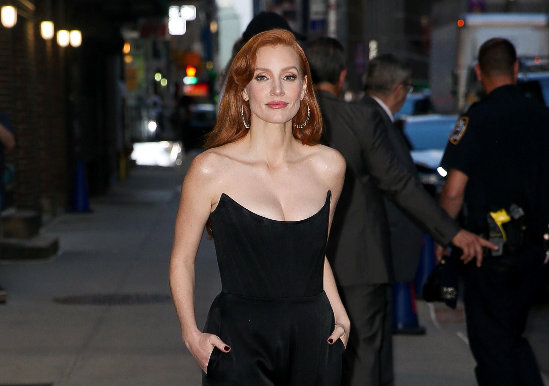 La sofisticación del negro da todo el protagonismo a la Jessica Chastain.