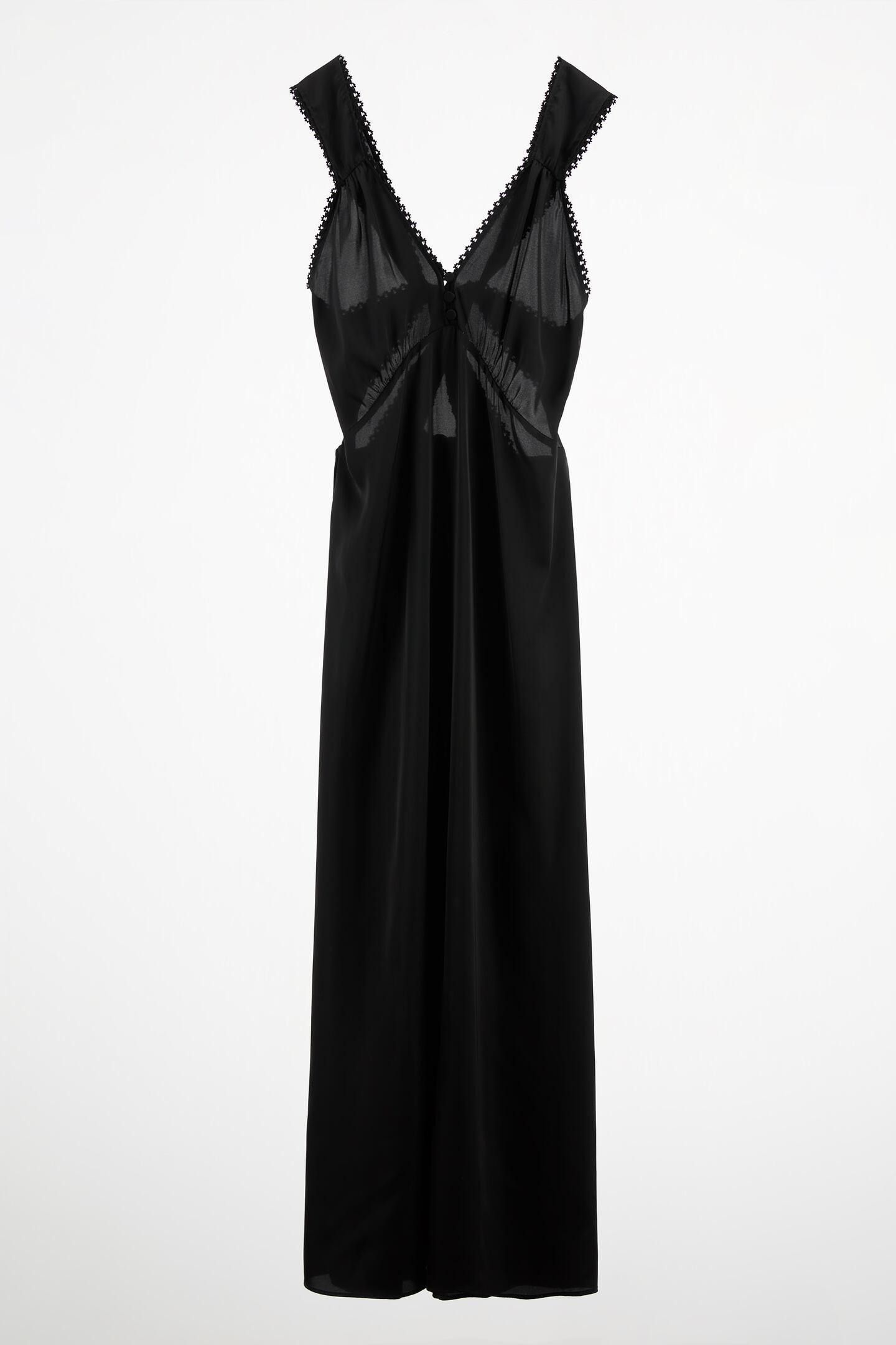 Vestido largo satinado con tirantes cruzados en la espalda y puntillas. Zara (49,95 euros)