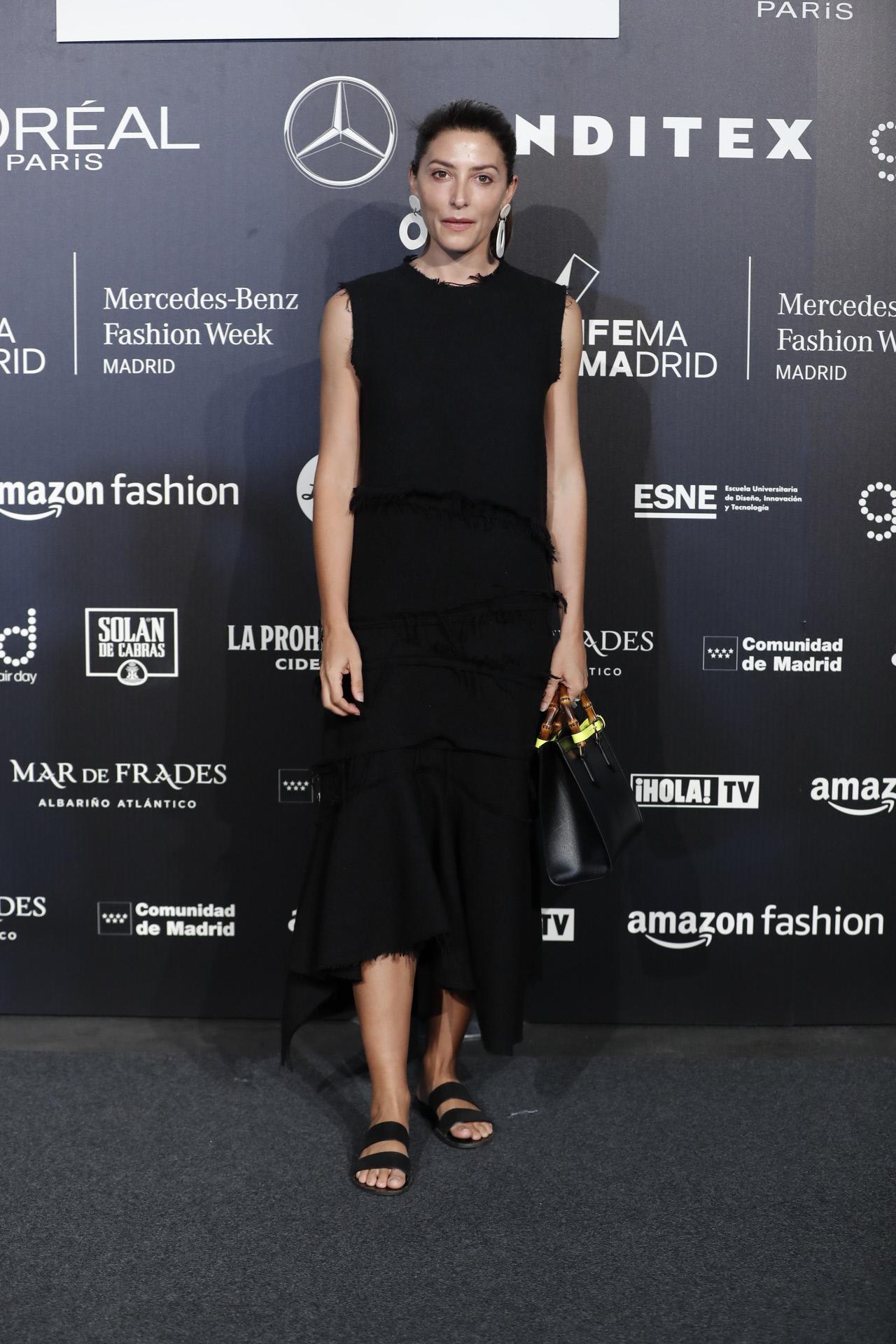 Bárbara Lennie acude al desfile de Duyos con un vestido negro desflecado.