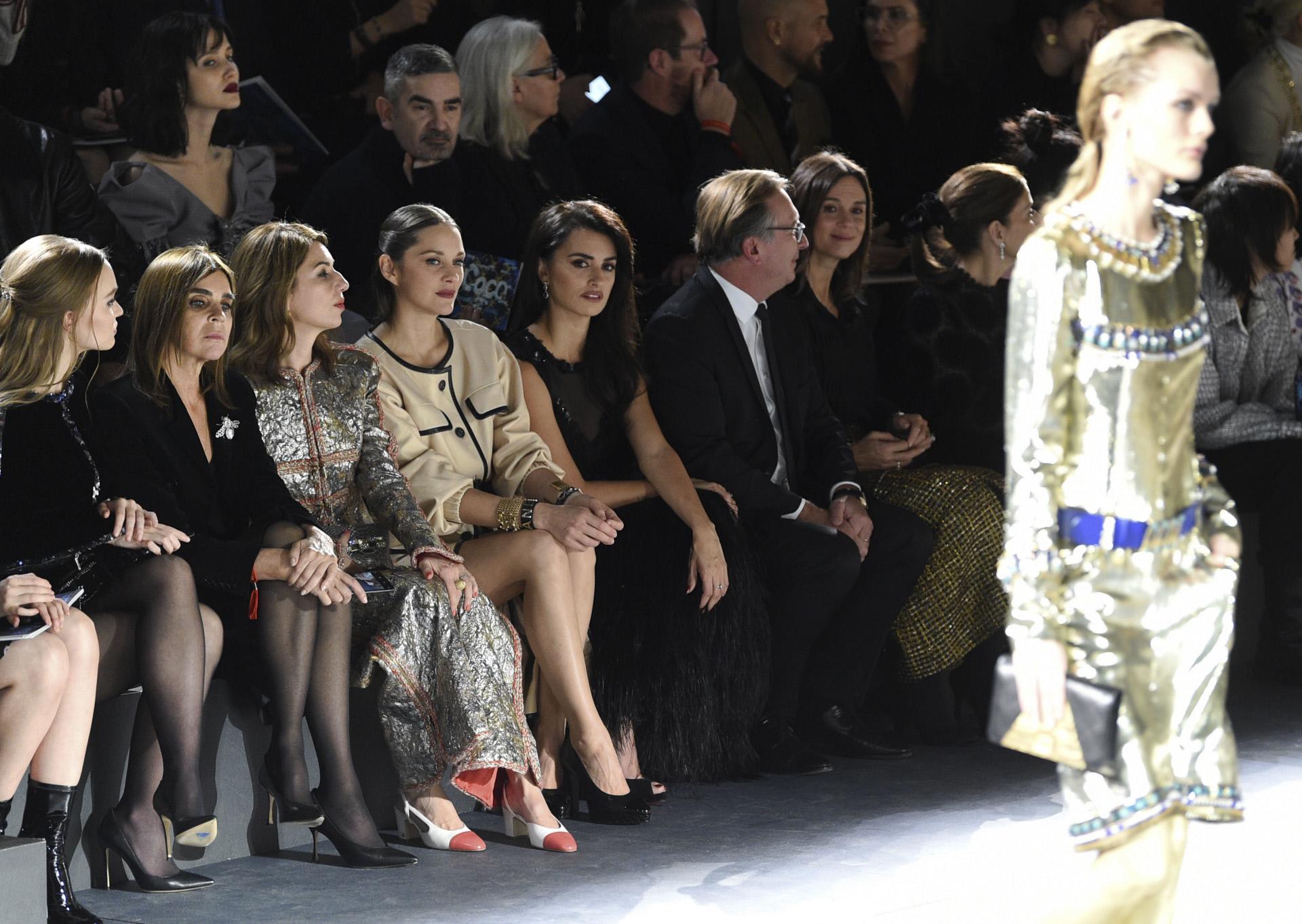 Marion y Penélope, el cine y Chanel las unió. En la imagen sentadas juntas en front row durante el desfile Metier d'Art de 2018, en Nueva York.