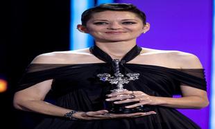 Vestida de Chanel Alta Costura recogiendo su premio durante la...