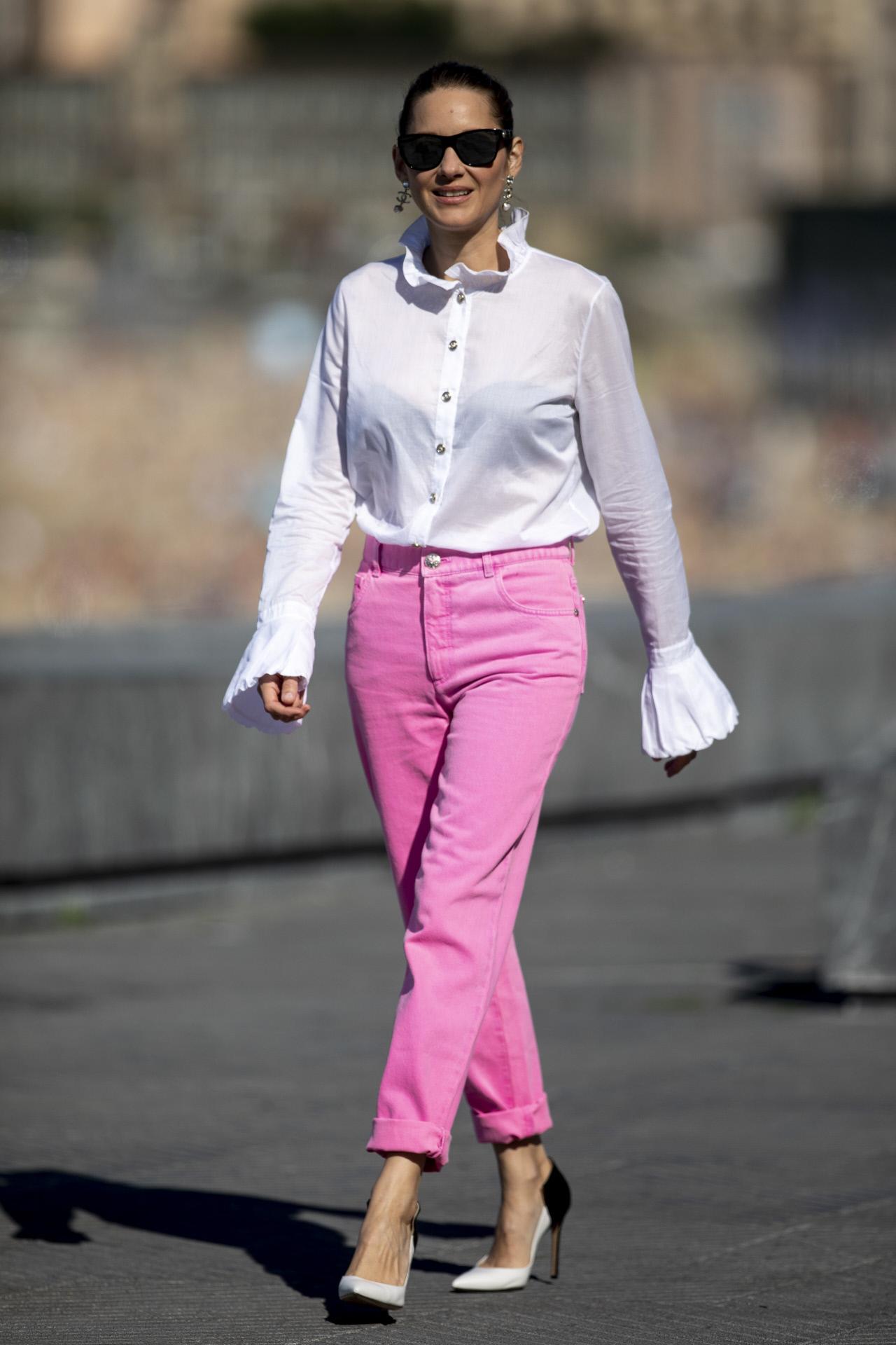 También vistió un conjunto de Chanel para el photocall de día.