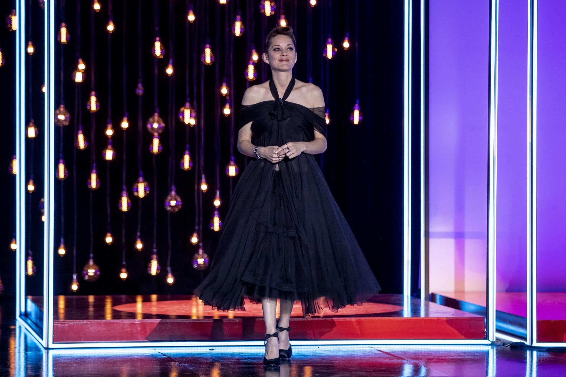 Recogiendo el premio en un Chanel alta costura al que cambió los zapatos para no emular el total look del desfile