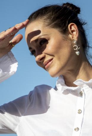 Con camisa blanca de Chanel que algunos criticaron por traslucir su...