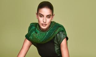 Modelo vestida de verde